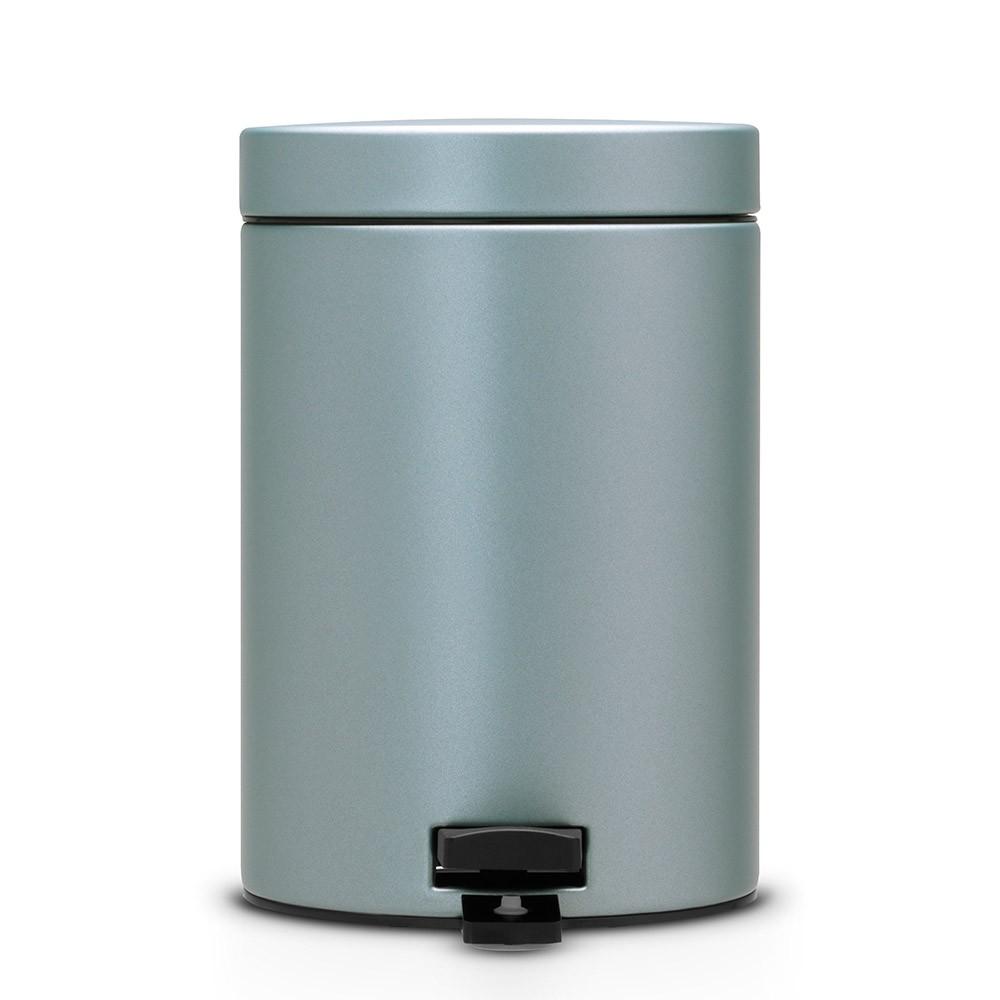 Ведро для мусора с педалью Brabantia 3л, цвет: мятный металик105968Идеальное решение для ванной комнаты и туалета! Предотвращает распространение запахов – прочная не пропускающая запахи металлическая крышка; Плавное и бесшумное открывание/закрывание крышки; Удобная очистка – прочное съемное внутреннее ведро из пластика; Надежный педальный механизм, высококачественные коррозионно-стойкие материалы; Бак удобно перемещать – прочная ручка для переноски; Отличная устойчивость даже на мокром и скользком полу – противоскользящее основание; Предохранение пола от повреждений – пластиковый защитный обод; Всегда опрятный вид – идеально подходящие по размеру мешки для мусора со стягивающей лентой (размер B); 10-летняя гарантия Brabantia.