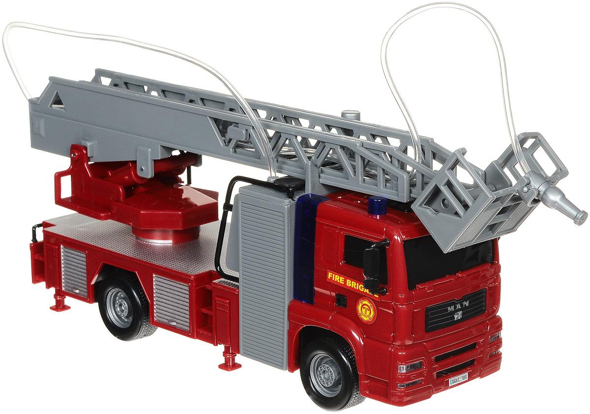 Dickie Toys Пожарная машина Man City Fire Engine3715001Пожарная машина Dickie Toys Man City Fire Engine станет отличным подарком для вашего ребенка. Лестница пожарной машины поднимается и выдвигается. Кроме того, она может вращаться вокруг своей оси. На корзинке лестницы крепится пожарный водомет, который управляется с помощью кнопки на кузове. Предварительно машину необходимо заправить водой. Кнопки на борту машины активируют световые и звуковые эффекты: мигание проблесковых маячков, сирену. Звук можно отключать с помощью специального переключателя. Игрушка оснащена инерционным механизмом: достаточно немного подтолкнуть машину вперед или назад, а затем отпустить, и она сама поедет в том же направлении. С этой игрушкой ваш малыш будет часами занят игрой. Порадуйте его таким замечательным подарком! Для работы игрушки необходимы 2 батарейки напряжением 1,5V типа АА (товар комплектуется демонстрационными).
