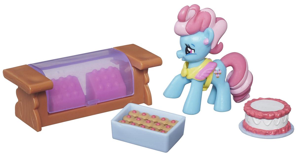 My Little Pony Набор фигурок Mrs Dazzle CakeB3596EU4_B5388Набор фигурок My Little Pony Mrs. Dazzle Cake включает в себя фигурку пони Dazzle Cake, торт, набор пирожных и прилавок. Госпожа Dazzle Cake обожает печь вкусные лакомства для своих друзей. Можно создать настоящую кондитерскую для маленьких пони. Сделайте вашей малышке такой замечательный подарок!