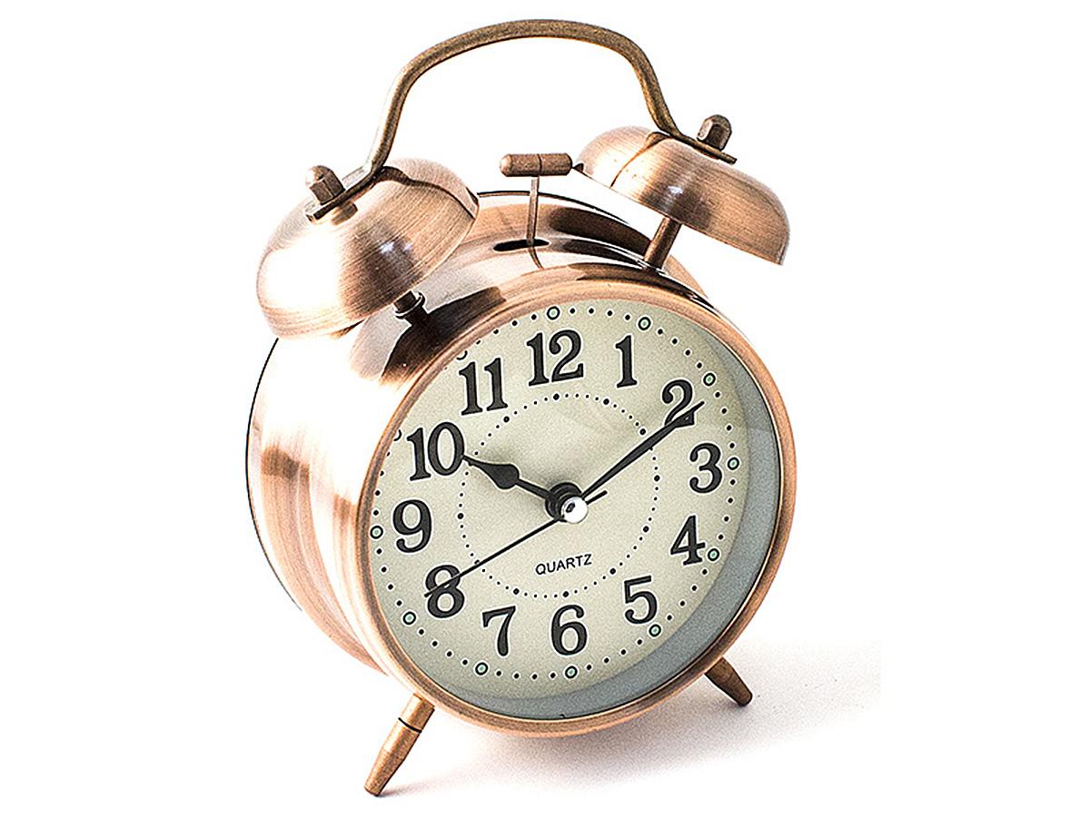 Часы настольные Эврика, цвет: медный, диаметр 10 см97492Настольные часы Эврика изготовлены из металла, циферблат защищен стеклом. Чтобы утро было по-настоящему добрым, встречайте его с веселым будильником. Встроенная подсветка включается кнопкой на задней панели. Классический дизайн будильника с металлическим молоточком и двумя колокольчиками впишется в любую обстановку. Часы могут стать уникальным, полезным подарком для родственников, коллег, знакомых и близких. Тип хода стрелок - прямой, тип механизма - тикающий. Питание осуществляется от двух батареек типа АА.