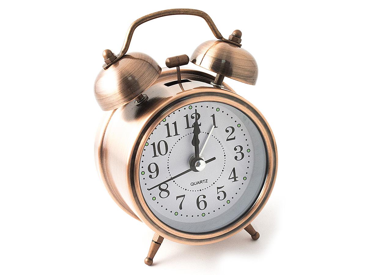 Часы настольные Эврика, цвет: медный, диаметр 7 см97497Настольные часы Эврика изготовлены из металла, циферблат защищен стеклом. Чтобы утро было по-настоящему добрым, встречайте его с веселым будильником. Встроенная подсветка включается кнопкой на задней панели. Классический дизайн будильника с металлическим молоточком и двумя колокольчиками впишется в любую обстановку. Часы могут стать уникальным, полезным подарком для родственников, коллег, знакомых и близких. Тип хода стрелок - прямой, тип механизма - тикающий. Питание осуществляется от двух батареек типа АА.