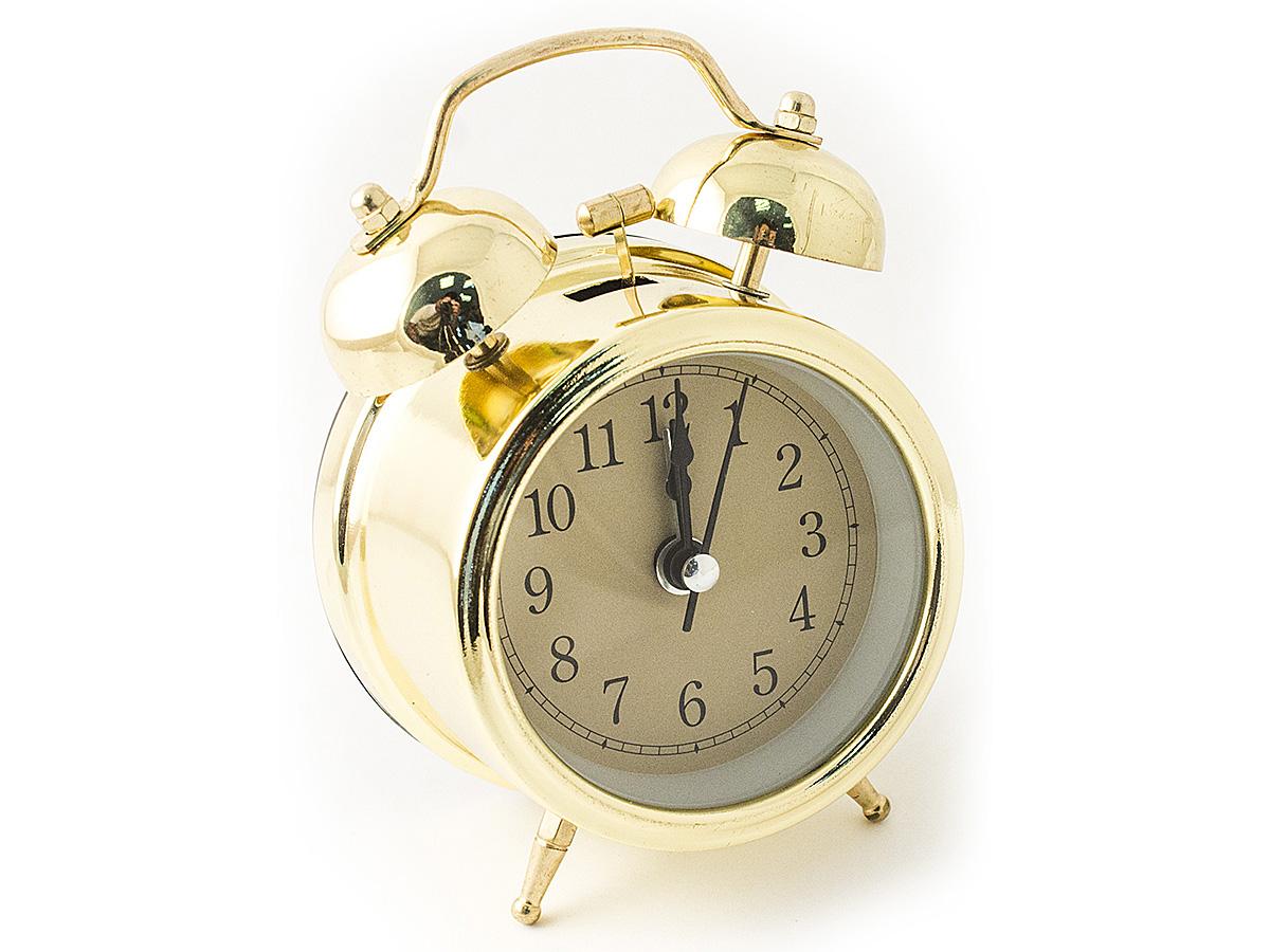 Часы настольные Эврика, цвет: золотистый, диаметр 7 см97496Настольные часы Эврика изготовлены из металла, циферблат защищен стеклом. Чтобы утро было по-настоящему добрым, встречайте его с веселым будильником. Встроенная подсветка включается кнопкой на задней панели. Классический дизайн будильника с металлическим молоточком и двумя колокольчиками впишется в любую обстановку. Часы могут стать уникальным, полезным подарком для родственников, коллег, знакомых и близких. Тип хода стрелок - прямой, тип механизма - тикающий. Питание осуществляется от двух батареек типа АА.