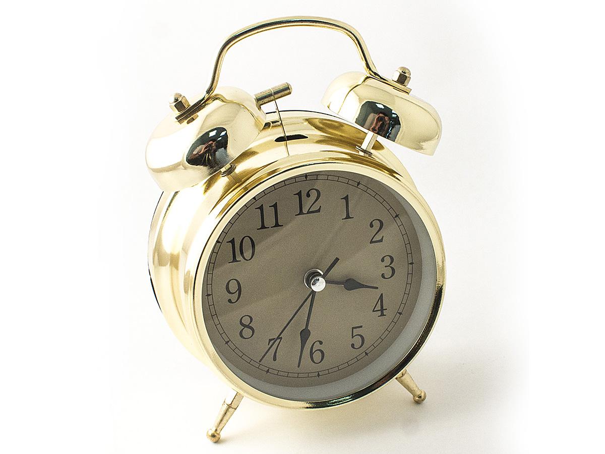 Часы настольные Эврика, цвет: золотистый, диаметр 10 см97494Настольные часы Эврика изготовлены из металла, циферблат защищен стеклом. Чтобы утро было по-настоящему добрым, встречайте его с веселым будильником. Встроенная подсветка включается кнопкой на задней панели. Классический дизайн будильника с металлическим молоточком и двумя колокольчиками впишется в любую обстановку. Часы могут стать уникальным, полезным подарком для родственников, коллег, знакомых и близких. Тип хода стрелок - прямой, тип механизма - тикающий. Часы работают от двух батареек типа АА.