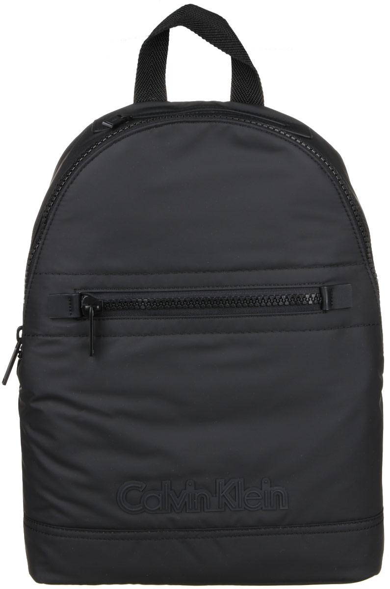 Рюкзак мужской Calvin Klein Jeans, цвет: черный. K50K502065_001K50K502065_0013Практичный рюкзак Calvin Klein выполнен из полиуретана, оформлен символикой бренда. Изделие содержит одно большое отделение, которое закрывается на застежку-молнию. Внутри модель дополнена накладным карманом для планшета и прорезным на застежке-молнии. Лицевая и верхняя части рюкзака дополнены прорезными карманами на застежке-молнии. Рюкзак оснащен широкими лямками регулируемой длины и петлей для подвешивания. В комплекте с изделием поставляется чехол для хранения. Стильный рюкзак идеально подчеркнет ваш неповторимый стиль.