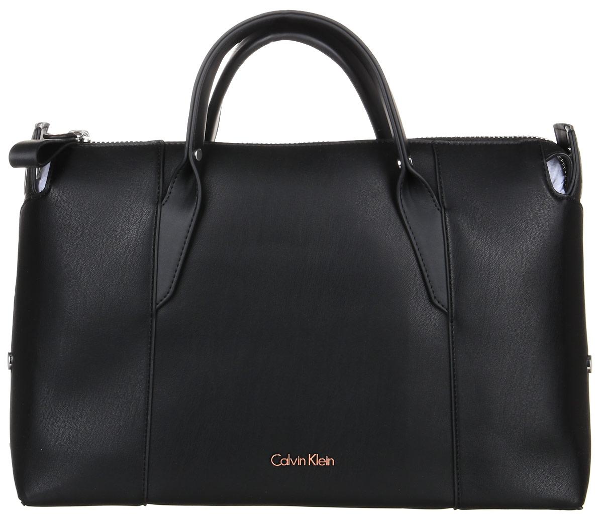 Сумка женская Calvin Klein Jeans, цвет: черный. K60K602077_001K60K602077_001Стильная сумка Calvin Klein Jeans выполнена из полиуретана. Изделие содержит одно большое отделение, которое закрывается на застежку-молнию. Внутри сумки размещено два накладных кармашка для мелочей и один прорезной на застежке-молнии. Сумка оснащена плечевым ремнем регулируемой длины. Оформлена модель металлической пластиной с названием бренда и металлическими кнопками. В комплекте с изделием поставляется чехол для хранения.