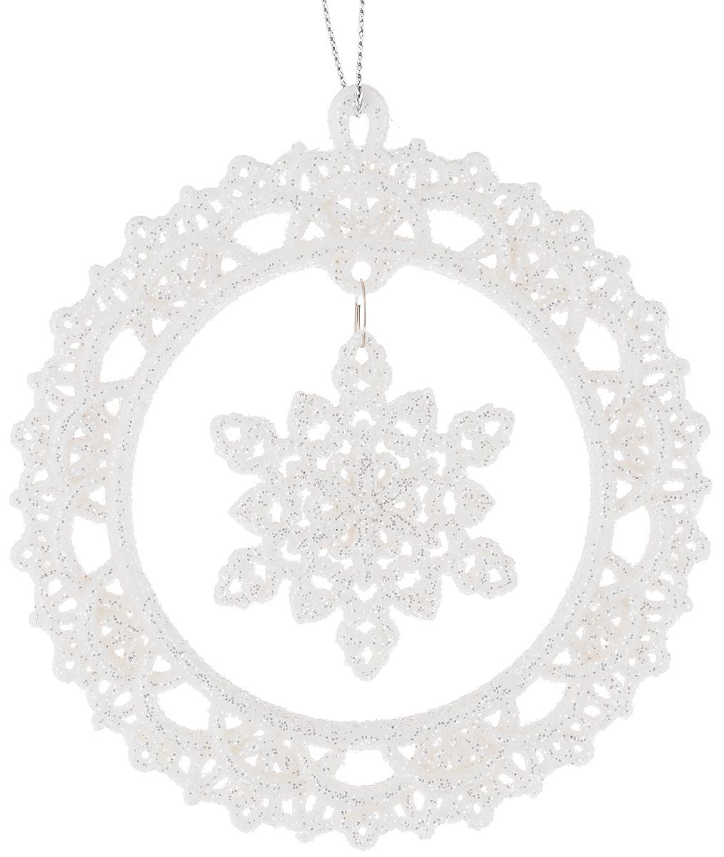 Украшение новогоднее подвесное Magic Time Снежинки в белых кружочках, 10,8 х 10,8 см38574Новогоднее подвесное украшение Magic Time Снежинки в белых кружочках выполнено из пластмассы в виде ажурного круга со снежинкой-подвеской внутри и украшено блестками. С помощью специальной петельки украшение можно повесить в любом понравившемся вам месте. Но, конечно, удачнее всего оно будет смотреться на праздничной елке. Елочная игрушка - символ Нового года. Она несет в себе волшебство и красоту праздника. Создайте в своем доме атмосферу веселья и радости, украшая новогоднюю елку нарядными игрушками, которые будут из года в год накапливать теплоту воспоминаний. Материал: пластмасса. Размер: 10,8 х 10,8 см.