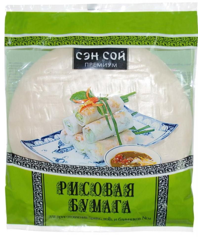 Рисовая бумага «Sen Soy Premium» готовится из теста на основе риса и воды, с добавлением соли. Готовые листы сушат на солнце, разложив на бамбуковых циновках, характерный рисунок от которых отпечатывается на каждом листе. Хрупкая и ломкая в сухом виде, она очень проста в приготовлении – достаточно размочить листы в холодной воде в течение минуты и можно смело заворачивать начинку в ролл. Рисовая бумага – уникальный диетический продукт, который не содержит жиров и сахара. Обогащенная клетчаткой, она также служит незаменимым источником полезных углеводов и является важным источником нескольких витаминов группы В.