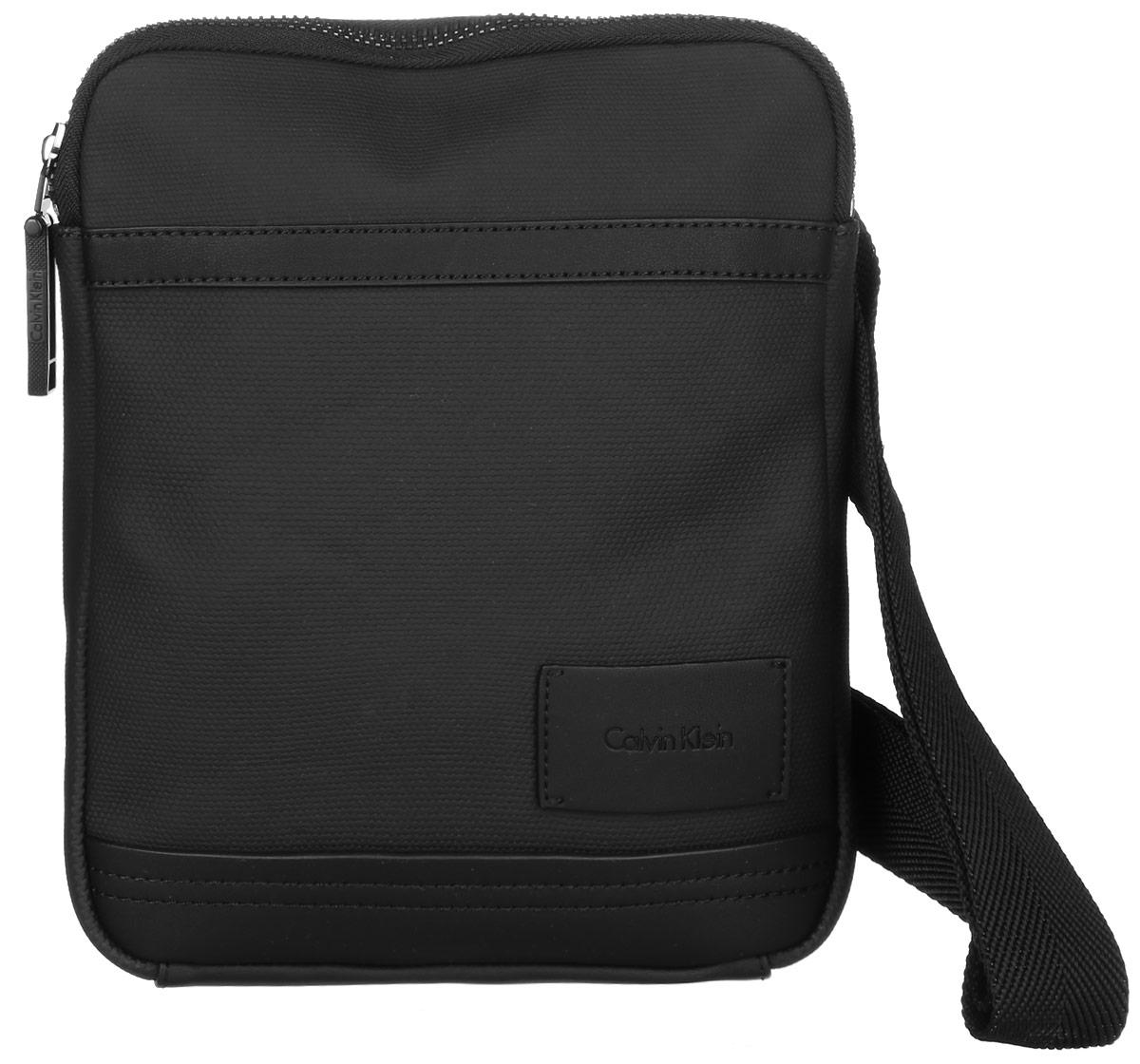 Сумка мужская Calvin Klein Jeans, цвет: черный. K50K502029_001K50K502029_001Стильная сумка Calvin Klein Jeans выполнена из искусственной кожи, оформлена нашивкой с названием бренда. Изделие содержит одно большое отделение, которое закрывается на застежку-молнию. Внутри сумки размещено два накладных кармашка для мелочей и один прорезной на застежке-молнии. Сзади расположен один накладной карман на липучке. Сумка оснащена плечевым ремнем регулируемой длины. В комплекте с изделием поставляется чехол для хранения.