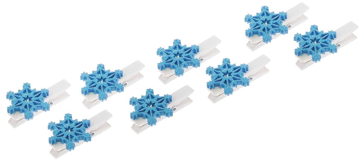 Украшение новогоднее Феникс-Презент Синие снежинки, 11 х 9,5 х 2,3 см41838Новогоднее украшение Феникс-Презент Синие снежинки выполнено из полирезины и древесины в форме прищепки с фигуркой снежинки. Украшение можно прикрепить в любом понравившемся вам месте. Но, конечно, удачнее всего оно будет смотреться на праздничной елке. Елочная игрушка - символ Нового года. Она несет в себе волшебство и красоту праздника. Создайте в своем доме атмосферу веселья и радости, украшая новогоднюю елку нарядными игрушками, которые будут из года в год накапливать теплоту воспоминаний. Материал: полирезина, древесина березы. Размеры: 11 х 9,5 х 2,3 см.