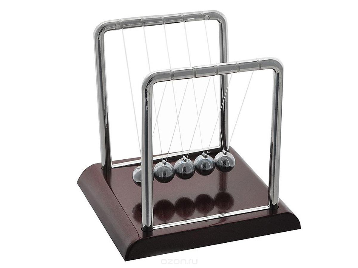 Игрушка-антистресс Эврика Шары Ньютона. 1838818388Размеры в собранном виде: 13.5х14,5х11.5 Движение – это жизнь! Небольшая настольная кинетическая скульптура в собранном виде демонстрирует закон сохранения энергии, открытый Исааком Ньютоном. Достаточно отвести и отпустить один из крайних шариков, и Вы увидите, как это работает. Завораживающее медитативное постукивание блестящих шаров на Вашем столе поможет сосредоточиться при обдумывании или наоборот, расслабиться после тяжелой работы. Упаковка – целлофановый пакет, фирменная картонная коробка с описание на русском языке. Комплектность: подставка -1шт., стойка с леской и шарами -1шт., Не сомневайтесь, гениальные открытия под силу не только Ньютону!