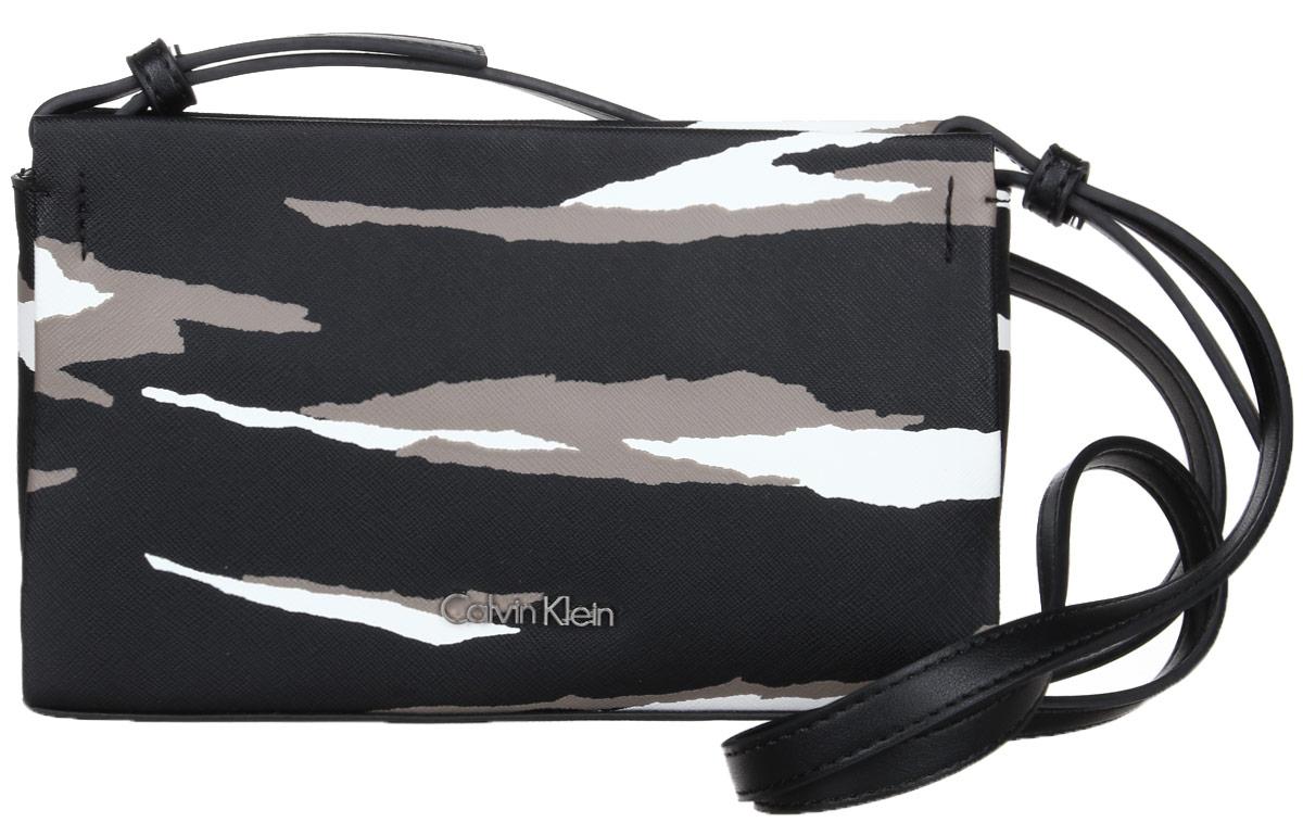 Сумка женская Calvin Klein Jeans, цвет: черный, белый. K60K602162_901K60K602162_901Стильная сумка Calvin Klein Jeans не оставит вас равнодушным благодаря своему дизайну и практичности. Она изготовлена из поливинилхлорида и полиуретана. Оформлена камуфляжным принтом. Лицевая сторона оформлена металлической пластинкой с названием бренда. Сумка оснащена удобным плечевым ремнем, длина которого регулируется с помощью пряжки. Изделие закрывается на удобную молнию. Внутри расположено вместительное отделение, которое содержит один накладной карман на застежке-молнии. В комплекте с изделием поставляется чехол для хранения.