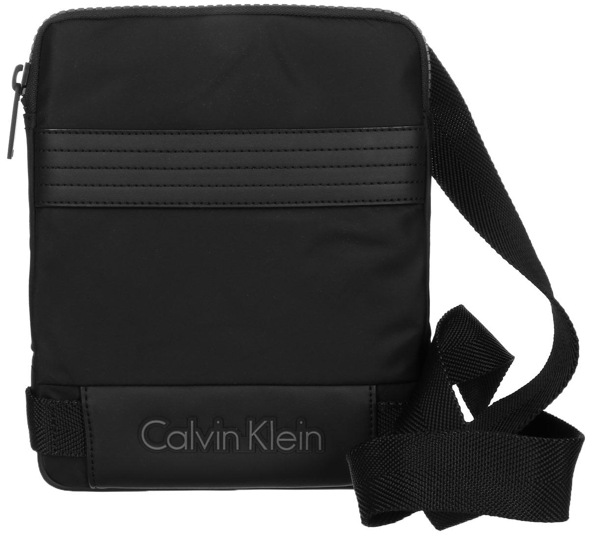 Сумка мужская Calvin Klein Jeans, цвет: черный. K50K502037_001K50K502037_001Стильная сумка Calvin Klein Jeans выполнена из полиамида и нейлона. Изделие содержит одно большое отделение, которое закрывается на застежку-молнию. Внутри сумки размещены один кармашек на застежке-молнии и один накладной открытый. Спереди сумка так же дополнена открытым накладным карманом. Сумка оснащена плечевым ремнем регулируемой длины. Оформлена модель надписью с названием бренда. В комплекте с изделием поставляется чехол для хранения.