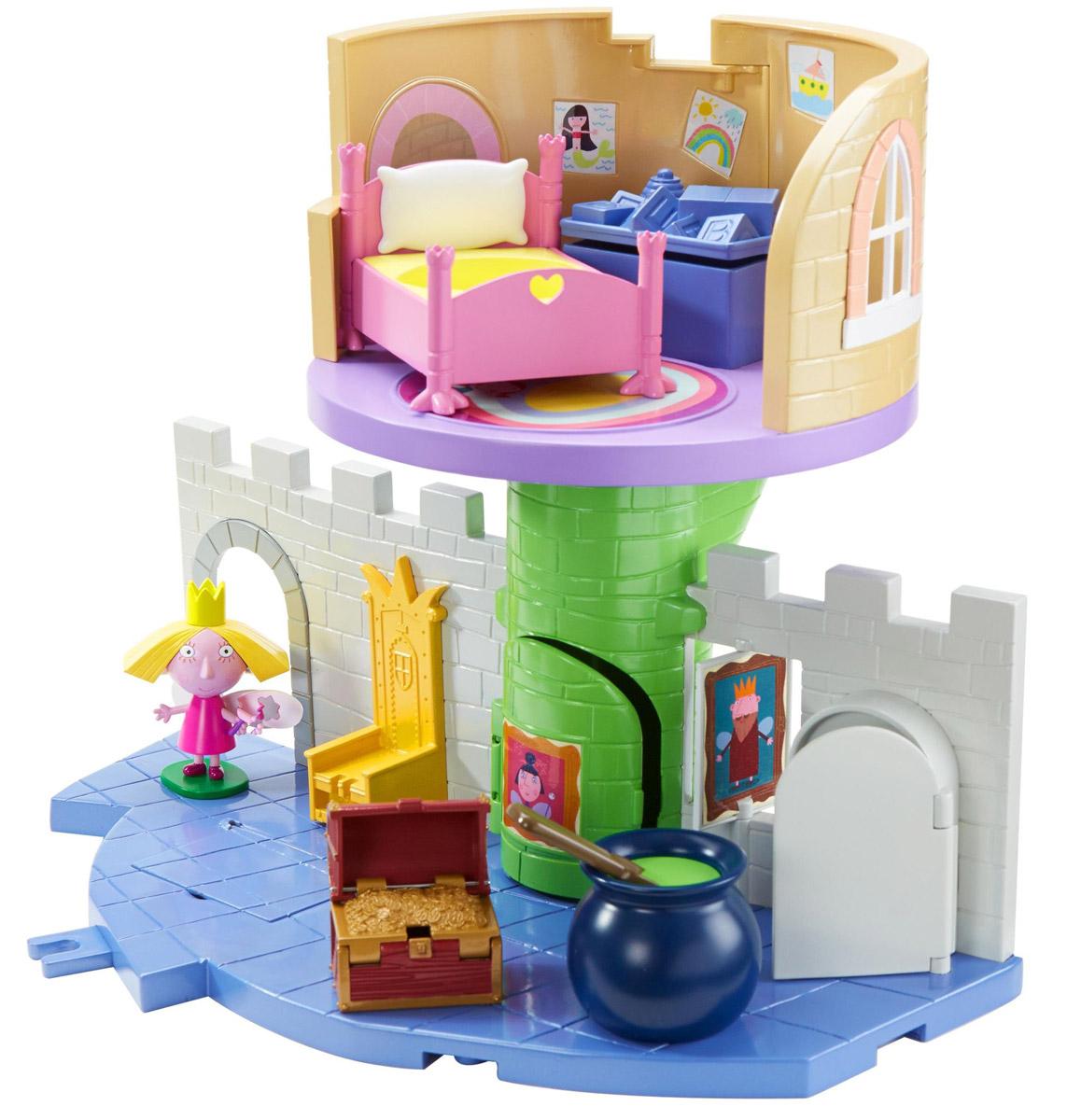Ben&Holly Дом для кукол Волшебный замок30979Специально для маленьких поклонниц мультфильма Волшебное королевство Бена и Холли создан домик для кукол Волшебный замок. Принцесса Холли приглашает малышей поиграть в ее волшебном замке, где каждый предмет окутан магией. Королевский трон двигается вверх-вниз, погреб открывается и превращается в книгу заклинаний, а сундук с золотом имеет тайник. Откройте крышку ящика с игрушками на втором этаже, опустите туда Холли, и она, скатившись по тайному ходу, появится у входа в башню. Поверните ручку в котле с зельем, и наблюдайте, как автоматически открывается дверь холодильника и переворачивается картина на стене. В волшебном замке играть так увлекательно. Для успешного обучения волшебству здесь есть все, что нужно: замок, фигурка Холли на подставке, кроватка, сундук с тайником. Фигурка и все детали замка выполнены из качественного безопасного пластика. Ножки, ручки и голова у фигурки подвижны, а сзади фигурки прикреплены прозрачные крылышки.