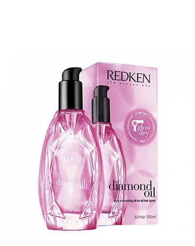 Redken Diamond Oil Термозащитное масло для сияния волос, 100 млP1146500Первое термо-активное масло. Ультра легкие масляные экстракты не утяжеляют волосы. Термо-активные компоненты наполняют волосы во время укладки блеском, абсорбируют влагу и ускоряют время укладки. Питательные свойства масла обеспечивают гладкость и облегчают укладку. Даже самые сухие и поврежденные волосы теперь блестящие, гладкие и увлажненные.