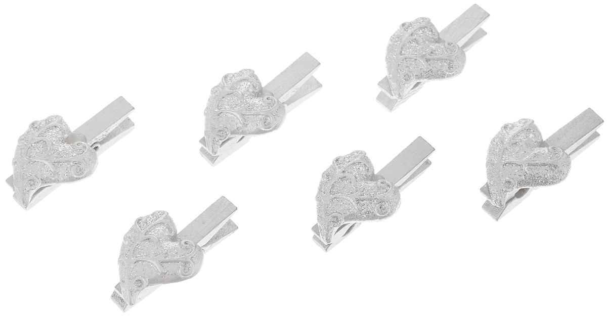 Набор новогодних украшений Феникс-Презент Серебряные сердца, на прищепках, 6 шт34361Набор Феникс-Презент Серебряные сердца состоит из 6 декоративных украшений на прищепках, изготовленных из полирезина и древесины березы. Изделия станут прекрасным дополнением к оформлению вашего новогоднего интерьера. Они используются для развешивания стикеров на веревке, маленьких игрушек и многого другого. Оригинальность и веселые цвета прищепок будут радовать глаз и поднимут настроение. Длина прищепки: 4,5 см. Размер декоративной части прищепки: 2,7 х 2,5 см.