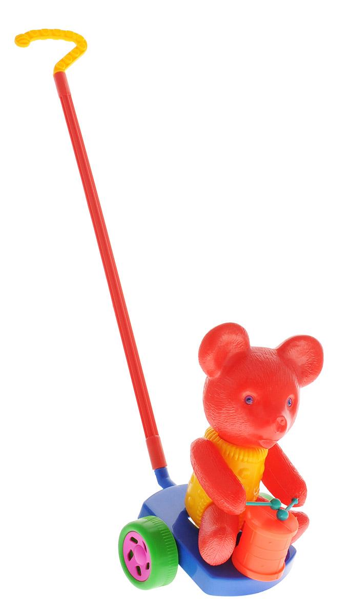 Wieslaw Suchanek Игрушка-каталка Мишка с барабаном цвет красный синийП-0572_красный, синийЗабавная игрушка-каталка Wieslaw Suchanek Мишка с барабаном станет любимой игрушкой вашего малыша. Каталка представляет собой мишку с барабаном, сидящего на пластиковом основании с колесами, к которому крепится ручка-держатель. При вращении колес мишка вращает головой и стучит барабанными палочками по барабану. Порадуйте своего ребенка таким замечательным подарком!