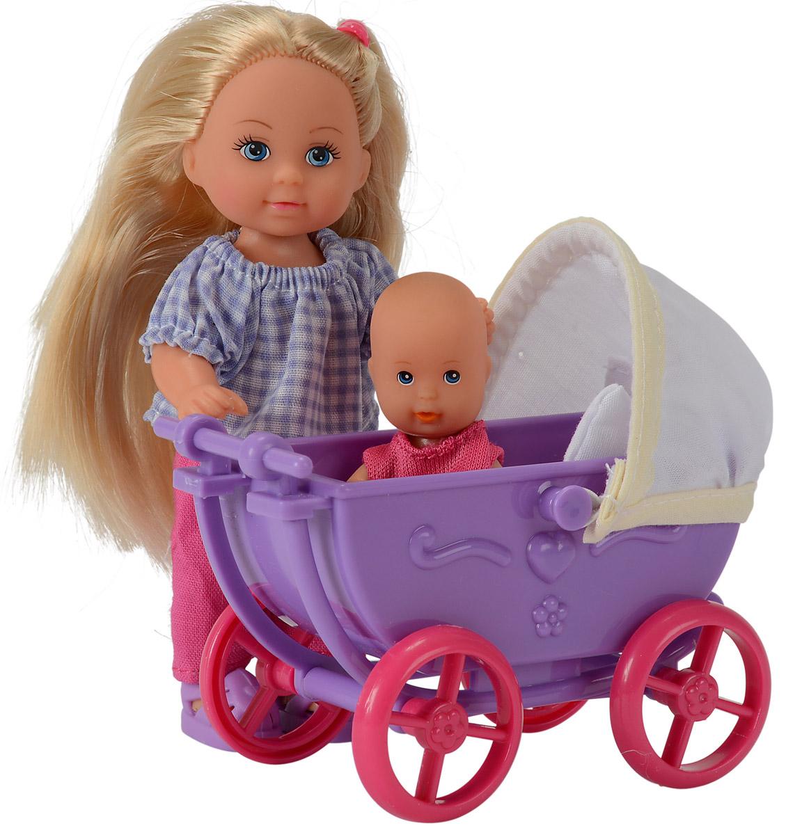Simba Кукла Еви в брюках с малышом 57362415736241_фиолетовая коляскаИгровой набор Simba Еви с малышом порадует любую девочку и надолго увлечет ее. Для прогулки со своим малышом у куклы есть все необходимое: удобная коляска, одеяло, подушка, игрушки и погремушки. Еви очень любит гулять с младенцем. Она одета в в стильные летние штанишки и кофточку, а на ножках фиолетовые босоножки. Руки, ноги и голова куклы подвижны, благодаря чему ей можно придавать разнообразные позы. Игры с куклой способствуют эмоциональному развитию, помогают формировать воображение и художественный вкус, а также разовьют в вашей малышке чувство ответственности и заботы. Великолепное качество исполнения делают эту куколку чудесным подарком к любому празднику.