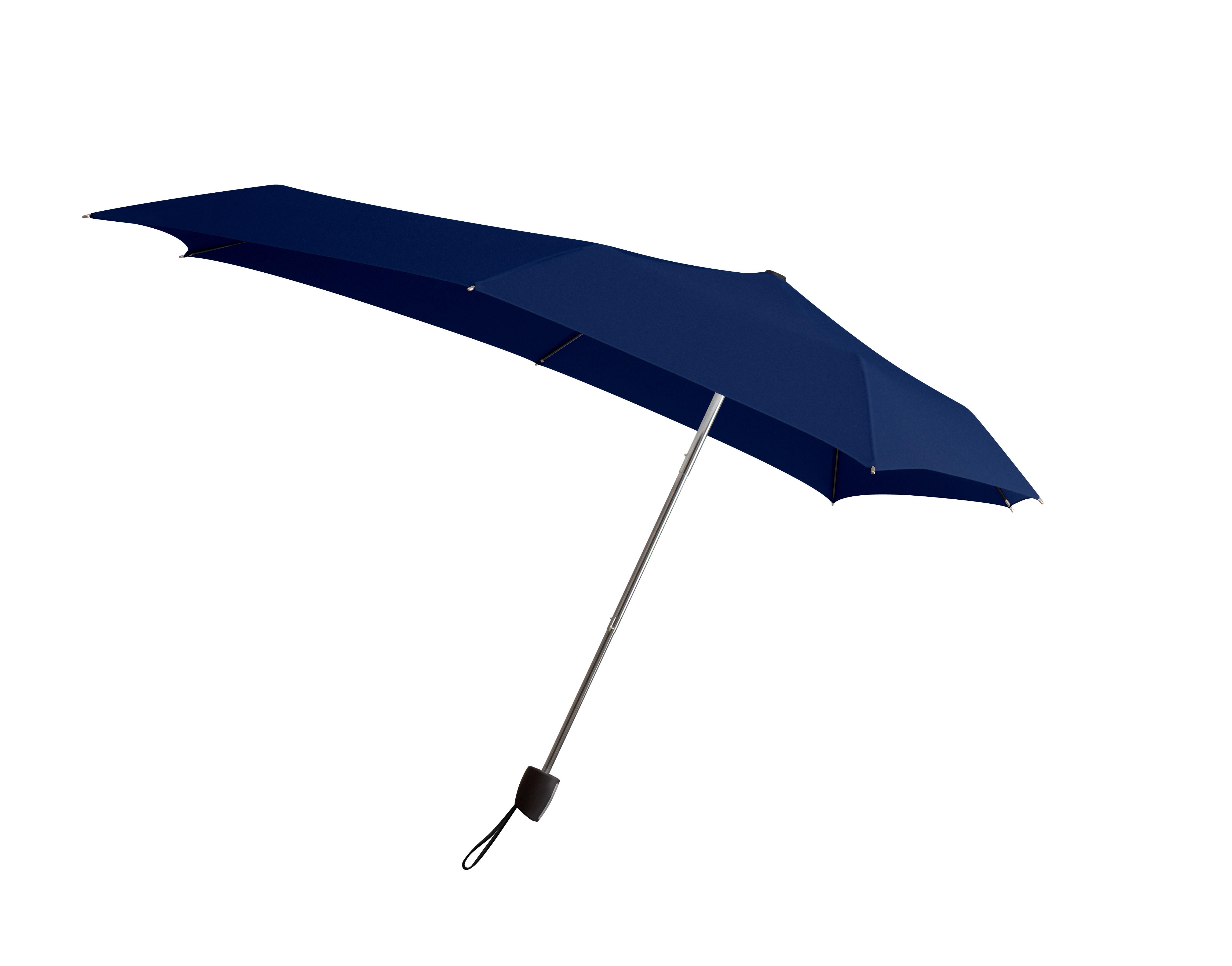 Зонт Senz, цвет: синий. 11110211111021Вместо покупки нескольких дешевых зонтиков, которые легко ломаются, лучше преобрести надежный и качественный зонт от Senz. Инновационные противоштормовые зонты выдерживают любую непогоду. Форма купола продумана так, что вы легко найдете самое удобное положение на ветру – без паники и без борьбы со стихией. Закрывает спину от дождя. Благодаря своей усовершенствованной конструкции, зонт не выворачивается наизнанку даже при сильном ветре. Это улучшенная модель компактного противоштормового зонта Smart. Выдерживает порывы ветра до 60 км/ч. Характеристики: - тип — механический - три сложения - выдерживает порывы ветра до 60 км/ч - УФ-защита 50+ - удобная ручка с петлей - безопасные колпачки на кончиках спиц - в комплекте чехол - гарантия 2 года Размер купола: 87 х 87 см, длина в сложенном виде - 25,5 см, в раскрытом - 57 см. Весит 290 г.