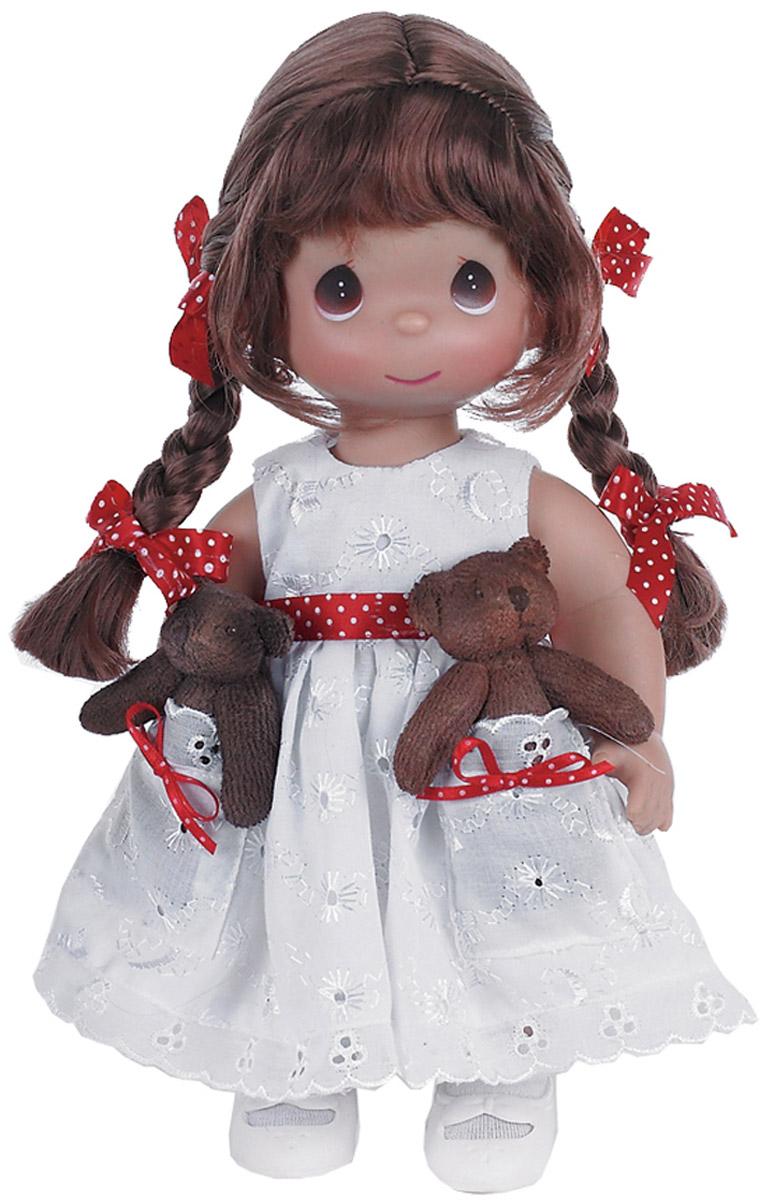 Precious Moments Кукла Друзья в кармашке брюнетка4712Коллекция кукол Precious Moments высотой 30 см насчитывает на сегодняшний день более 600 видов. Куклы изготавливаются целиком из винила и имеют пять базовых точек артикуляции. Каждый год в коллекцию добавляются все новые и новые модели. Каждая кукла имеет свой неповторимый образ и характер. Она - хранитель драгоценных моментов – может быть подарком на память о каком-либо событии в жизни. Куклы выполнены с любовью и нежностью, которую дарит нам известная волшебница – создатель кукол Линда Рик!