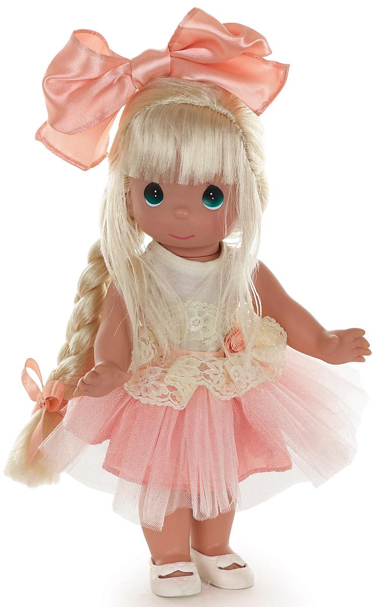 Precious Moments Кукла Великолепная Лилу блондинка6572Коллекция кукол Precious Moments высотой 30 см насчитывает на сегодняшний день более 600 видов. Куклы изготавливаются целиком из винила и имеют пять базовых точек артикуляции. Каждый год в коллекцию добавляются все новые и новые модели. Каждая кукла имеет свой неповторимый образ и характер. Она - хранитель драгоценных моментов – может быть подарком на память о каком-либо событии в жизни. Куклы выполнены с любовью и нежностью, которую дарит нам известная волшебница – создатель кукол Линда Рик!