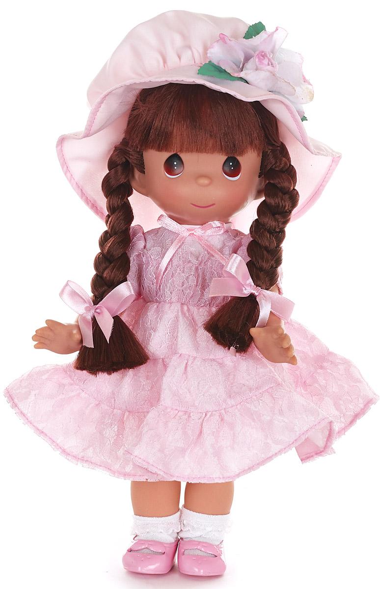 Precious Moments Кукла Мадамочка6567Коллекция кукол Precious Moments высотой 30 см насчитывает на сегодняшний день более 600 видов. Куклы изготавливаются целиком из винила и имеют пять базовых точек артикуляции. Каждый год в коллекцию добавляются все новые и новые модели. Каждая кукла имеет свой неповторимый образ и характер. Она - хранитель драгоценных моментов – может быть подарком на память о каком-либо событии в жизни. Куклы выполнены с любовью и нежностью, которую дарит нам известная волшебница – создатель кукол Линда Рик!