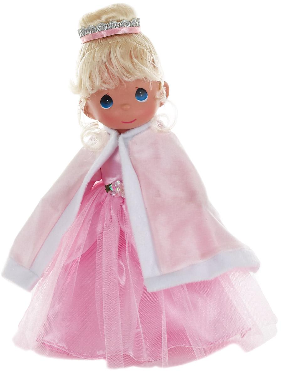 Precious Moments Кукла Мой принц придет блондинка6Коллекция кукол Precious Moments высотой 30 см насчитывает на сегодняшний день более 600 видов. Куклы изготавливаются целиком из винила и имеют пять базовых точек артикуляции. Каждый год в коллекцию добавляются все новые и новые модели. Каждая кукла имеет свой неповторимый образ и характер. Она - хранитель драгоценных моментов – может быть подарком на память о каком-либо событии в жизни. Куклы выполнены с любовью и нежностью, которую дарит нам известная волшебница – создатель кукол Линда Рик!