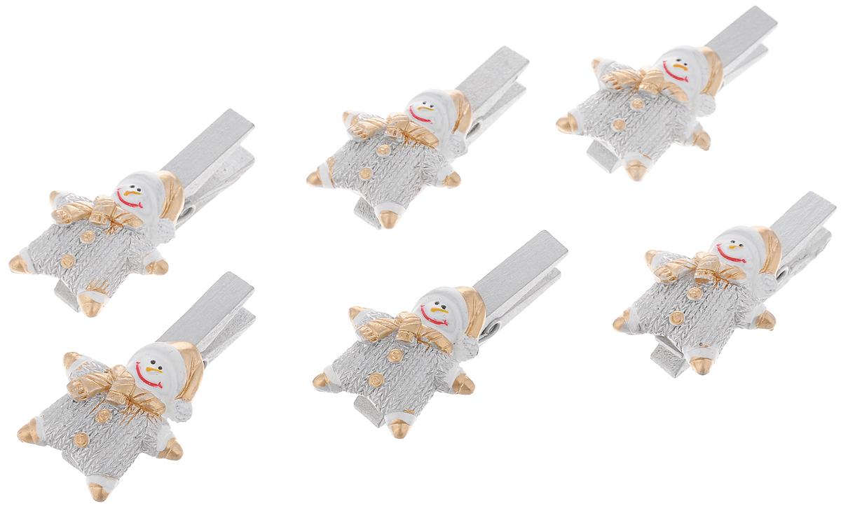 Набор новогодних украшений Феникс-Презент Снеговики в комбинезончиках, на прищепке, 6 шт41834Набор Феникс-Презент Снеговики в комбинезончиках состоит из 6 декоративных украшений - прищепок, изготовленных из полирезина и дерева. Изделия станут прекрасным дополнением к оформлению вашего новогоднего интерьера. Они используются для развешивания стикеров на веревке, маленьких игрушек и многого другого. Оригинальность и веселые цвета прищепок будут радовать глаз и поднимут настроение. Размер одной прищепки: 4,5 х 0,6 х 1,5 см.