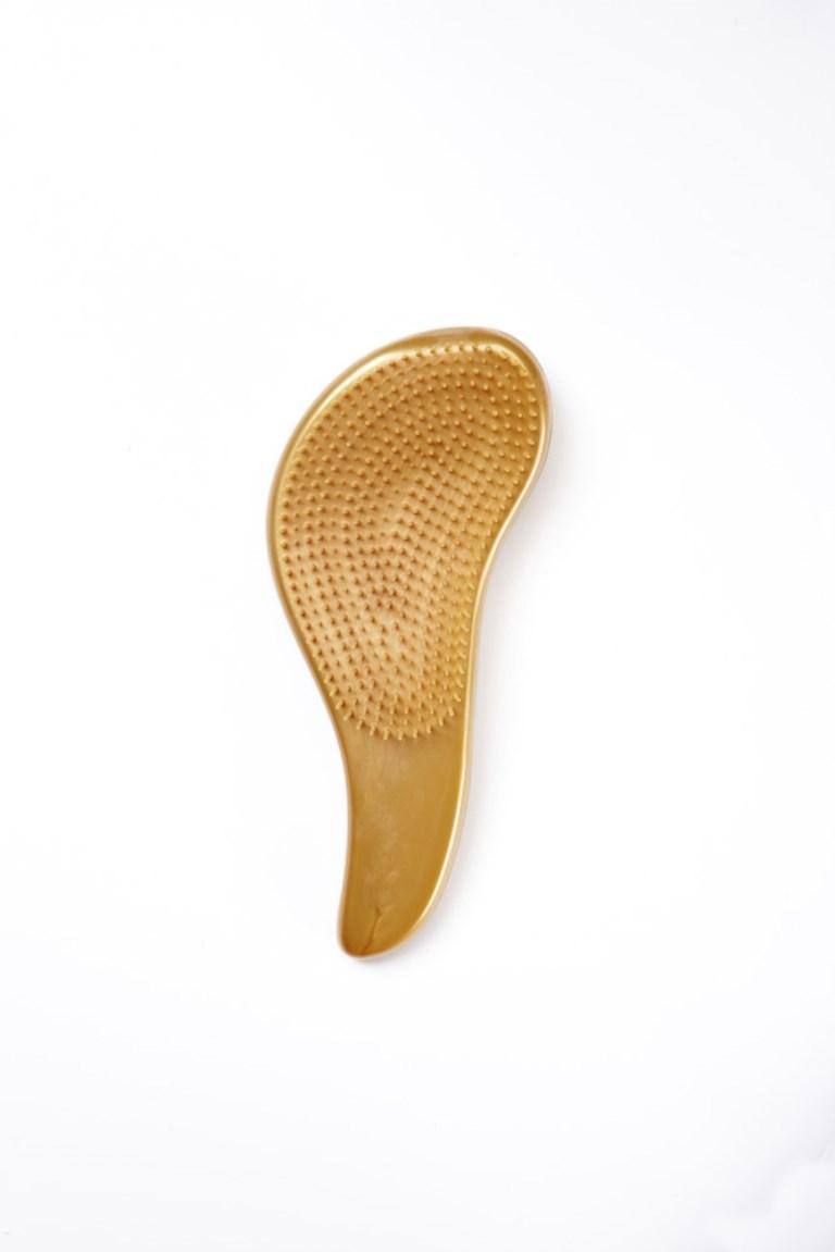 Rich Щетка для Волос Золотая150084Щетина щетки имеет разный уровень высоты, что позволяет ей легко скользить по волосам без зацепления и распутывать узелки. Кроме того, щетинки обладают антистатическими свойствами, что уменьшает наэлектризованность волос. Это позволит избежать образования узелков при расчесывании, добиться более равномерного нанесения кондиционера на волосы, что, несомненно, улучшит результат!