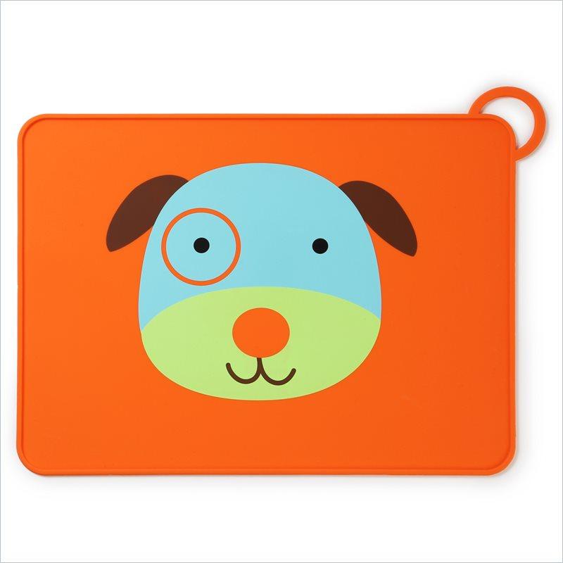 Skip Hop Коврик для столовых приборов СобакаSH 252055Замечательная подставка под тарелки Skip Hop Собака выполнена из пищевого силикона, обладает антибактериальными свойствами, легко моется, не впитывает запахи и жиры. Оснащена противоскользящей поверхностью, благодаря чему тарелка или чашка на коврике остается неподвижной. Специальные бортики по всему периметру предотвращают разлив супа или каши за края подставки. Коврик для столовых приборов Skip Hop компактно сворачивается и фиксируется эластичной петлей. Идеально впишется в любой интерьер кухни. Коврик удобно брать с собой в гости, места общественного питания. Он не занимает много места в сумке. Не содержит бисфенола А, латекса и фталатов.