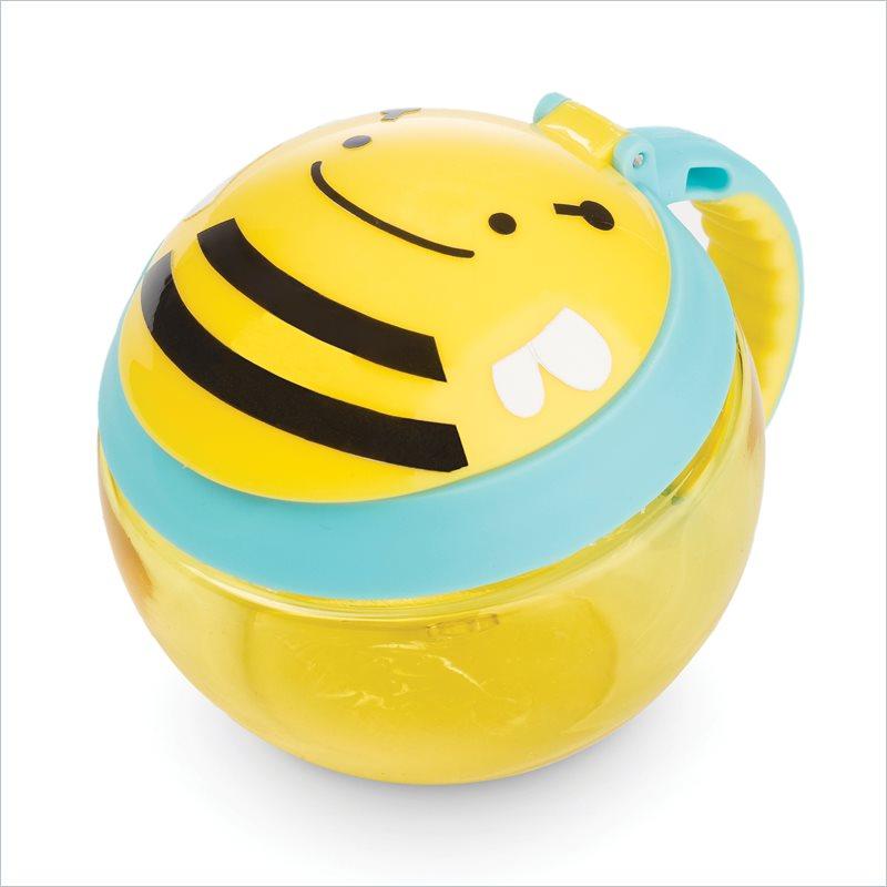 Skip Hop Контейнер-чашка для снеков ПчелаSH 252554Необычный и оригинальный контейнер Skip Hop Пчела - это отличное решение, чтобы покормить малыша на ходу. C ним малыш может перекусить тогда, когда захочет. Контейнер-непросыпайка Skip Hop разработан таким образом, что даже если малыш его перевернет - все продукты останутся внутри, не просыпятся. Шарообразный контейнер выполнен из пищевого пластика. Имеет прозрачный корпус и двойную крышечку. Силиконовая защита на чашке позволяет легко и удобно доставать маленькими ручками любимые снеки, печенья или орешки. Она также не дает им высыпаться или рассыпаться при случайном падении. Эргономичная ручка с нескользящим покрытием очень удобна для ручек малышей. Контейнер можно прикрепить к коляске, сумке или детскому рюкзачку за ручку. С таким приспособлением от Skip Hop сладкое лакомство для малыша всегда будет у него под рукой. В контейнере можно хранить снеки в течении всего дня, поскольку через силиконовую крышку к еде поступает кислород, благодаря чему еда остается...