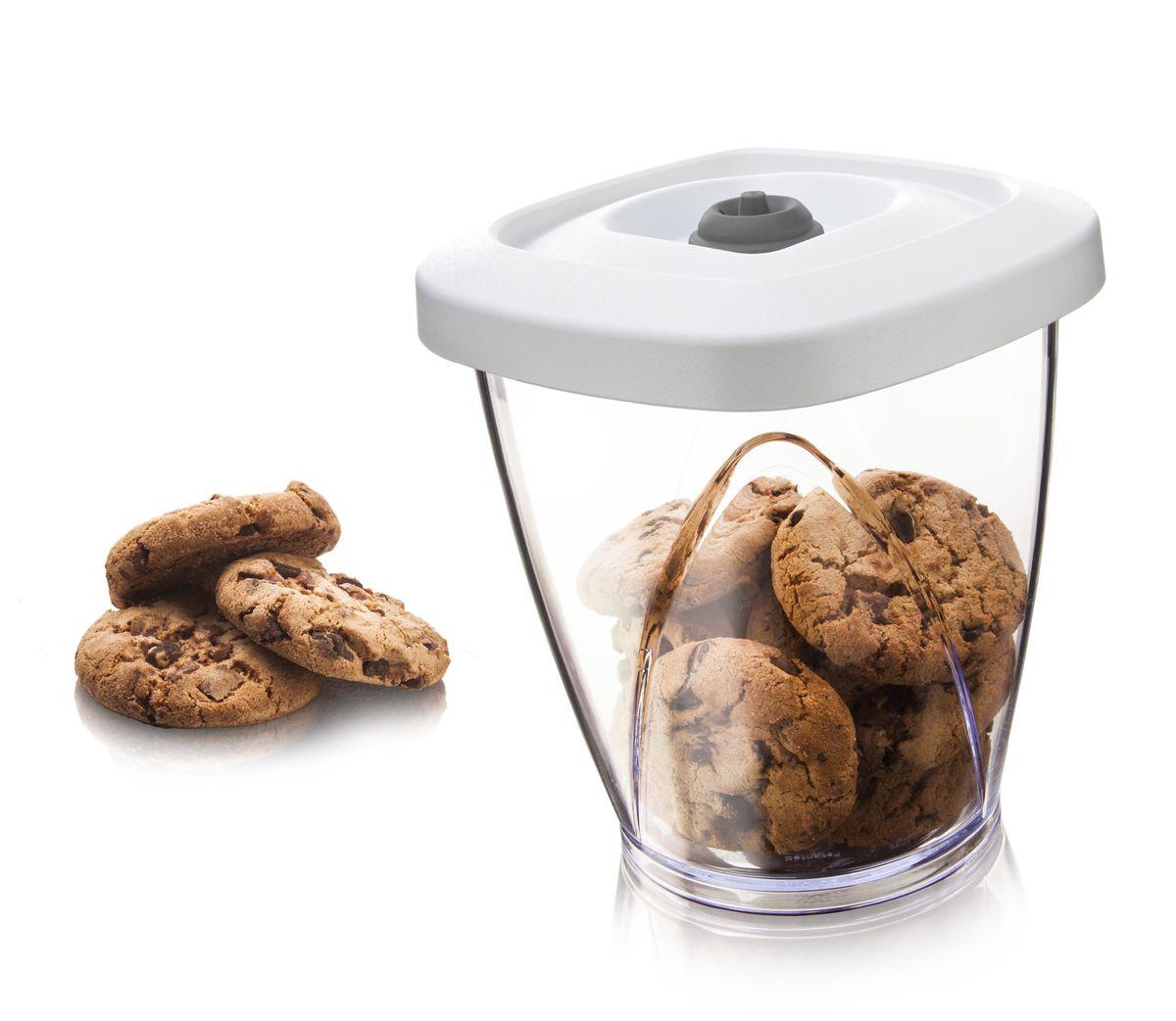 Вакуумный контейнер VacuVin Vacuum Container Medium, цвет: белый, 1,3 л28733606От контакта с воздухом молотый кофе быстро теряет свой вкус и аромат. Вакуумный насос отсасывает воздух из емкости для хранения продуктов, создавая вакуум, чтобы аромат и вкус кофе сохранялись как можно дольше. •Можно мыть в посудомоечной машине •Используется вместе с вакуумным насосом •Подходит для сухих продуктов, таких как печенье, чипсы, орехи, кукурузные хлопья, кофе и чай •Вмещает до 500 грамм кофе