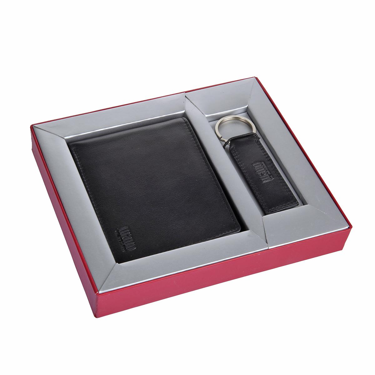 Комплект Mano, цвет: черный. 1903119031Набор состоит из портмоне и брелка портмоне раскладывается пополам внутри два отдела для купюр карман для мелочи на кнопке потайной карман четыре кармана для документов сетчатый карман восемь кармашков для пластиковых карт 10см х 12,5см х 3см брелок оснащен кольцом для ключей 10,5см х 3см