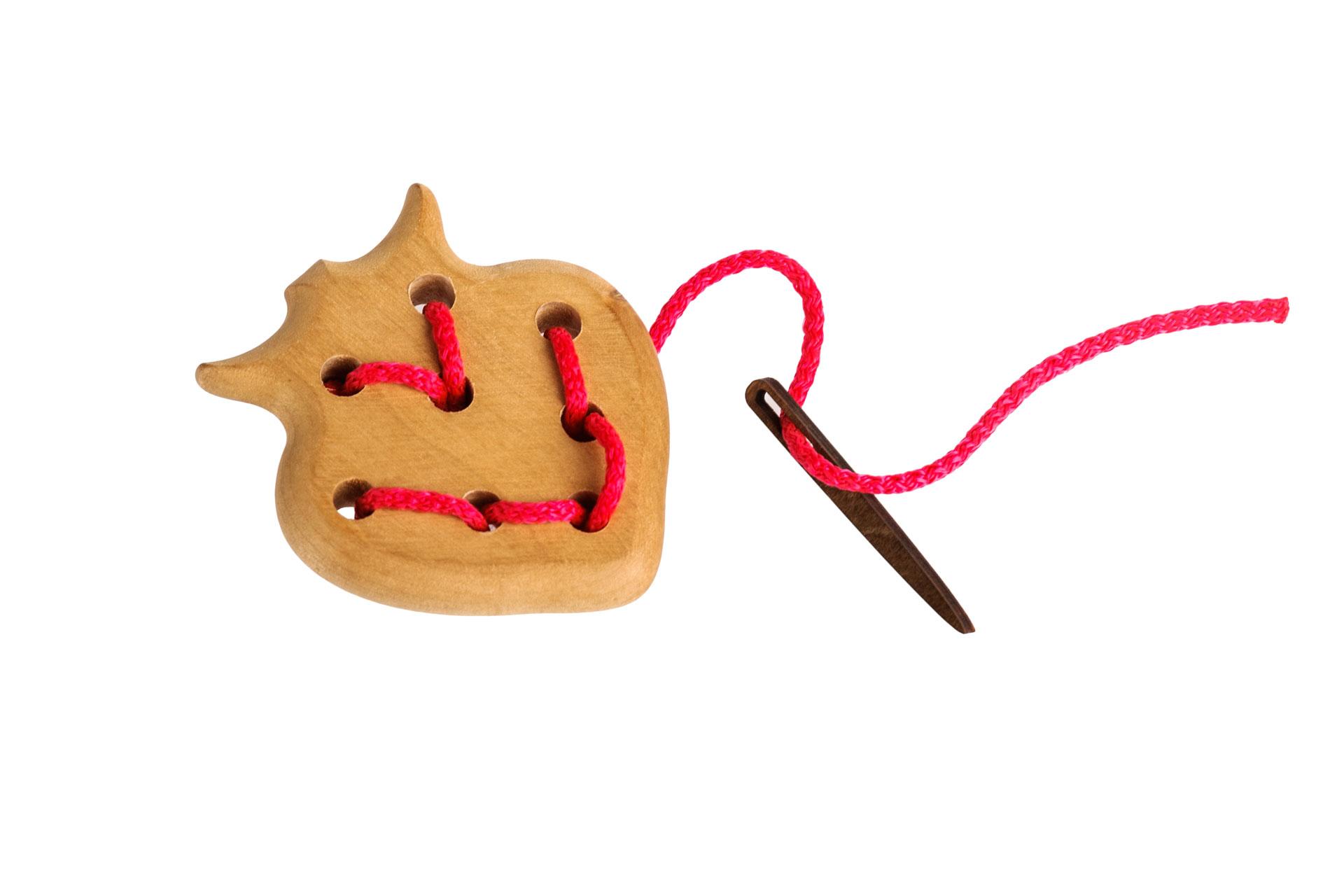 Томик Шнуровка Ягодка611-5Забавная шнуровка для раннего развития Вашего ребенка. 100% натуральные материалы, непередаваемый запах дерева