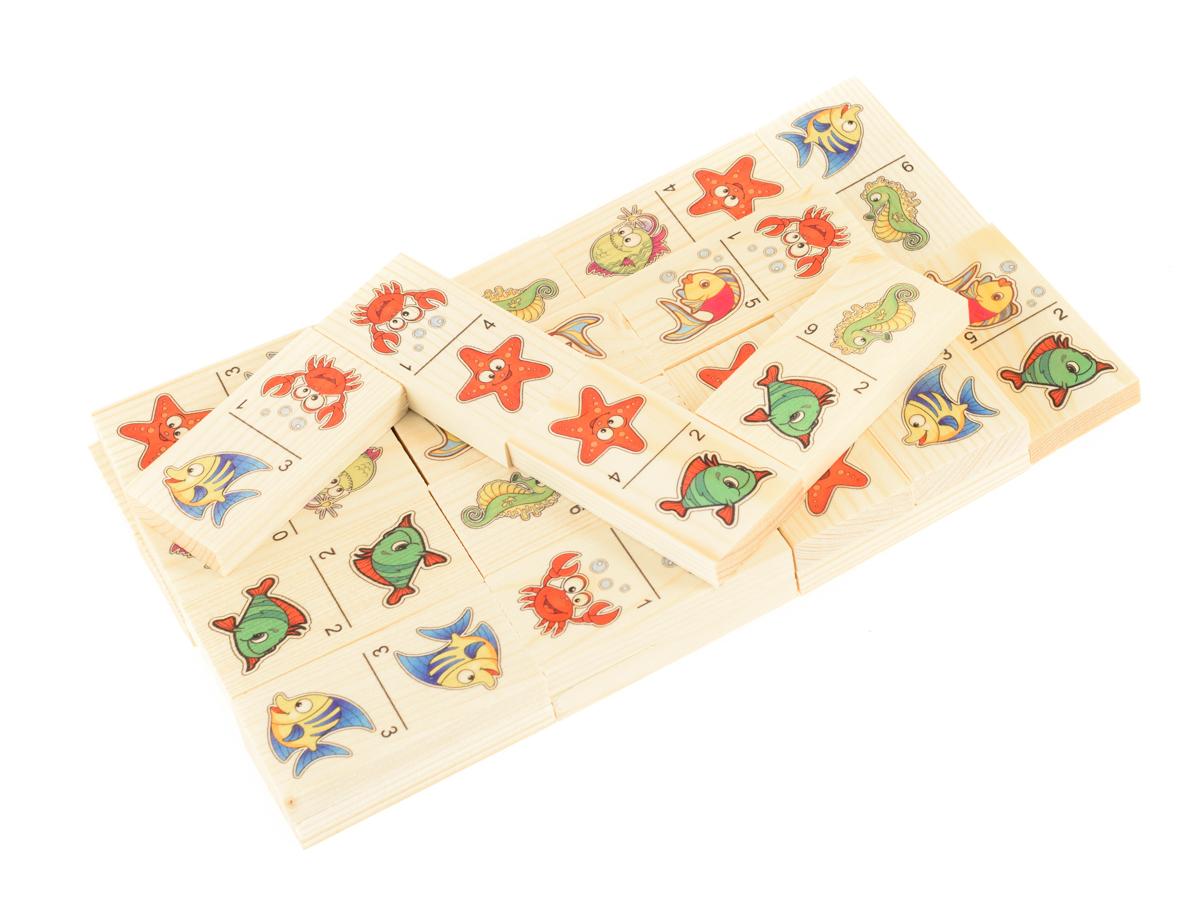 Развивающие деревянные игрушки Домино Веселые обитатели морейД418аБольше домино для детей — отличная разивающая игрушка из экологичного материала — натурального дерева, которую мы производим в России. Фишки большого размера — 10х35х70 мм — прекрасно подойдут даже для самых маленьких игроков. Малышу удобно держать такую фишку. Рисунки на ней — яркие и большие. С этой игрушкой можно играть не только дома, но и эффективно использовать для занятий в детском саду. Играя, ребёнок развивает целый спектр навыков: моторику, логику, воображение, а также изучает окружающий мир, счёт, арифметику и цвета. ВНИМАНИЕ! Детали игрушки выполнены из натурального дерева (деревоматериала) без покрытия лаками или другими химическими составами. Перед использованием удалите остатки древесины и древесную пыль, тщательно протерев детали игрушки мягкой тканью!
