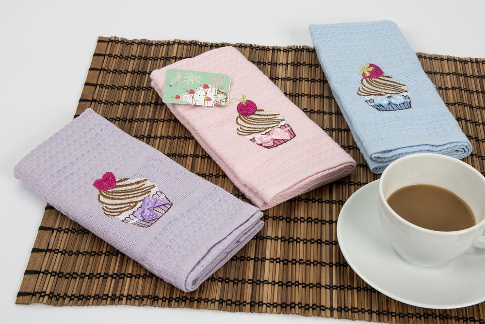 Набор кухонных салфеток Karna Cupcake, 40 х 60 см, 3 шт1537Набор Karna Cupcake, выполненный из 100% хлопка, состоит из 3 прямоугольных салфеток. Изделия гипоаллергенны, отлично впитывают влагу, быстро сохнут, сохраняют яркость цвета и не теряют форму даже после многократных стирок. Такие салфетки очень практичны и неприхотливы в уходе.
