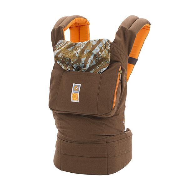 ERGO Рюкзак-переноска Designer Umba от Кристин ТерлингтонBC220CT82NLERGO BABY поддерживает спину и позвоночник малыша и гарантирует физиологически правильное ношение. Только ERGO BABY имеет запатентованный метод изготовления кармана, в котором сидит ребенок, в частности, специальное углубление для зоны памперса, что позволяет гарантировать здоровое ношение независимо от веса малыша! В переноске ERGO BABY малыш сидит с широко разведенными ножками, а не висит с давлением на промежность (как в кенгуру). Родители могут выбрать наиболее удобный способ ношения: спереди, сзади и на бедре.Для ношения новорожденных малышей (от 3 кг) необходимо дополнительно купить поддерживающую вставку для новорожденных, которая используется до 4/6-ти месяцев (вес до 7 кг, рост до 65 см). Пользуясь вставкой, можно носить ребенка в положении колыбели или прижатым к корпусу взрослого (с широко разведенными ножками) для профилактики и лечения дисплазии тазобедренного сустава. Носить ребенка в положении за спиной рекомендуется только после того, как малыш начнет уверенно держать...