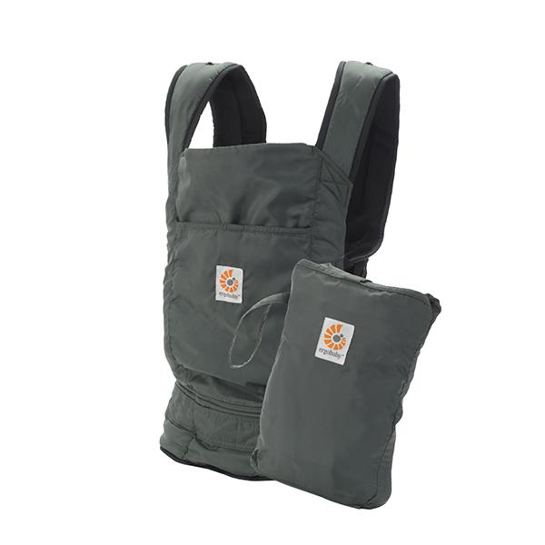 ERGO Рюкзак-переноска Travel Stowaway цвет оливковыйBC346001NLERGO BABY поддерживает спину и позвоночник малыша и гарантирует физиологически правильное ношение. Только ERGO BABY имеет запатентованный метод изготовления кармана, в котором сидит ребенок, в частности, специальное углубление для зоны памперса, что позволяет гарантировать здоровое ношение независимо от веса малыша! В переноске ERGO BABY малыш сидит с широко разведенными ножками, а не висит с давлением на промежность (как в кенгуру). Родители могут выбрать наиболее удобный способ ношения: спереди, сзади и на бедре.Для ношения новорожденных малышей (от 3 кг) необходимо дополнительно купить поддерживающую вставку для новорожденных, которая используется до 4/6-ти месяцев (вес до 7 кг, рост до 65 см). Пользуясь вставкой, можно носить ребенка в положении колыбели или прижатым к корпусу взрослого (с широко разведенными ножками) для профилактики и лечения дисплазии тазобедренного сустава. Носить ребенка в положении за спиной рекомендуется только после того, как малыш начнет уверенно держать...