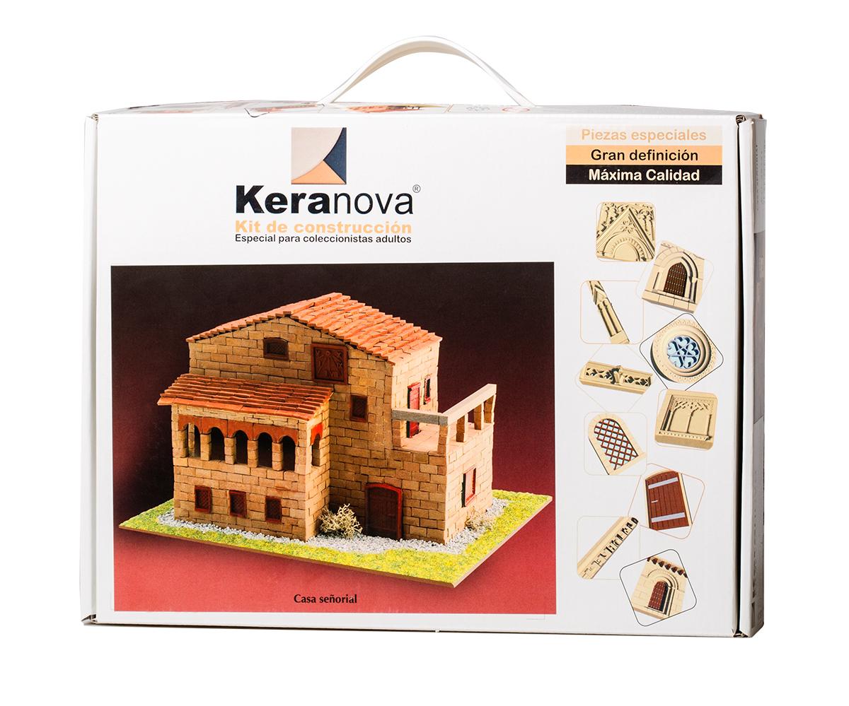 Keranova Конструктор Господский дом30331Наборы для строительства Keranova позволяют почувствовать себя создателем архитектурных сооружений в полной мере. Средневековые замки и домики, башни, мельницы, береговые маяки – вы можете построить сами и украсить миниатюру по своему желанию. Некоторые модели выполнены в стандартном масштабе и являются точной копией оригинала. В ассортименте представлены модели с разным уровнем сложности. высокое качество натуральных материалов, достоверность моделей, а так же возможность создания миниатюры по своему проекту создают уникальную возможность для реализации творческого начала вне зависимости от возраста и опыта. В состав набора входят: - каркас модели из бумаги, - основа для миниатюры из фанеры, - набор кирпичиков и черепицы из глины разного размера и разной фактуры (8 температурных режимов обжига кирпичиков), - имитация грунта (песок), имитация растительности (исландский мох – материал устойчивый к естественному разрушению), - имитация украшений фасадов и окон (изготовлены из...