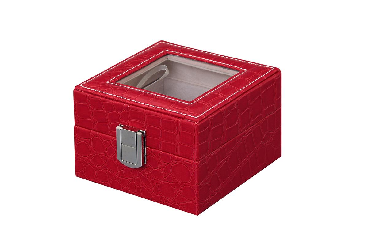 Шкатулка для хранения часов El Casa, цвет: красный, 11,5 х 11 х 7,5 см171470Шкатулка El Casa, выполненная из МДФ, предназначена для хранения часов. Внутри шкатулки 2 секции с подушечками. Снаружи шкатулка обтянута искусственной кожей с декоративным тиснением. Шкатулка закрывается на замок-защелку. Крышка изделия оформлена прозрачной вставкой. Классический элегантный дизайн делает такую шкатулку эффектным подарком как мужчине, так и женщине. Если вы привыкли бережно и аккуратно обращаться с каждой из своих вещей, то наверняка согласитесь, что прикроватная тумбочка или стеклянная полочка в ванной - не идеальное место для хранения наручных часов: их можно нечаянно уронить, а поутру в спешке и вовсе забыть, где они вчера были сняты. Простым и эффектным решением в этом случае станет элегантная шкатулка для часов. Изнутри она покрыта мягким и приятным на ощупь материалом. Он убережет помещенные в шкатулку часы от пыли, царапин и прочих механических повреждений.
