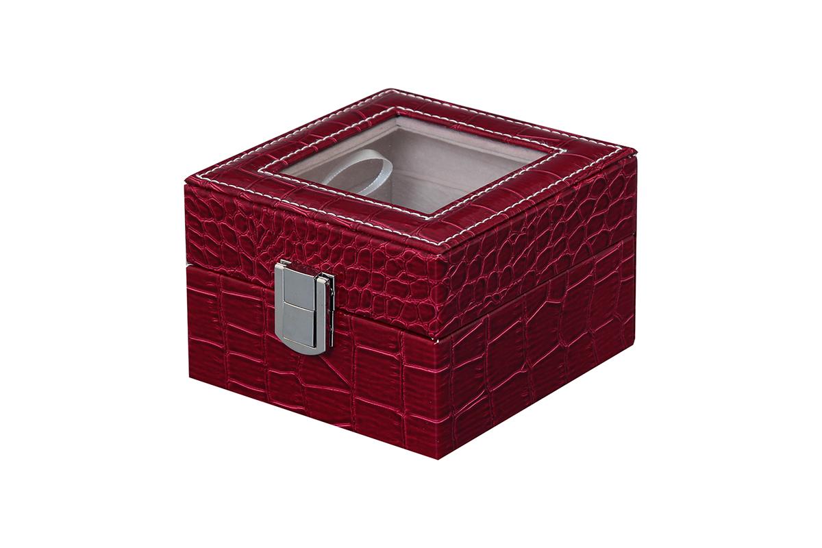 Шкатулка для хранения часов El Casa, цвет: бордовый, 11,5 х 11 х 7,5 см171471Шкатулка El Casa, выполненная из МДФ, предназначена для хранения часов. Внутри шкатулки 2 секции с подушечками. Снаружи шкатулка обтянута искусственной кожей с декоративным тиснением. Шкатулка закрывается на замок-защелку. Крышка изделия оформлена прозрачной вставкой. Классический элегантный дизайн делает такую шкатулку эффектным подарком как мужчине, так и женщине. Если вы привыкли бережно и аккуратно обращаться с каждой из своих вещей, то наверняка согласитесь, что прикроватная тумбочка или стеклянная полочка в ванной - не идеальное место для хранения наручных часов: их можно нечаянно уронить, а поутру в спешке и вовсе забыть, где они вчера были сняты. Простым и эффектным решением в этом случае станет элегантная шкатулка для часов. Изнутри она покрыта мягким и приятным на ощупь материалом. Он убережет помещенные в шкатулку часы от пыли, царапин и прочих механических повреждений.