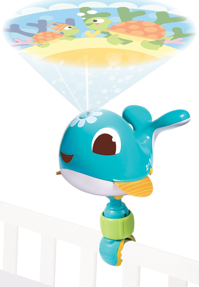 Tiny Love Игрушка-проектор Коди1304306830Игрушка-проектор Tiny Love Коди имеет небольшие габариты, что позволяет брать его с собой в поездки. Малыш везде будет чувствовать себя как дома и не станет капризничать. На непрерывном изображении сменяют друг друга 8 сюжетов, которые помогут ребенку понять смену дня и ночи и познакомят его с морскими обитателями. Проектор можно как поставить на стол, так и установить на кроватку при помощи универсальной съемной клипсы. Особенности: 30 минут колыбельных и белого шума; управление громкостью; бесшумный режим работы; полноцветное изображение; бесконечная картинка (360 градусов); изображение проецируется только в одном направлении, что позволяет избежать попадания света на ребенка и не раздражает его. Необходимо купить 3 батарейки напряжением 1,5V типа АА (не входят в комплект).