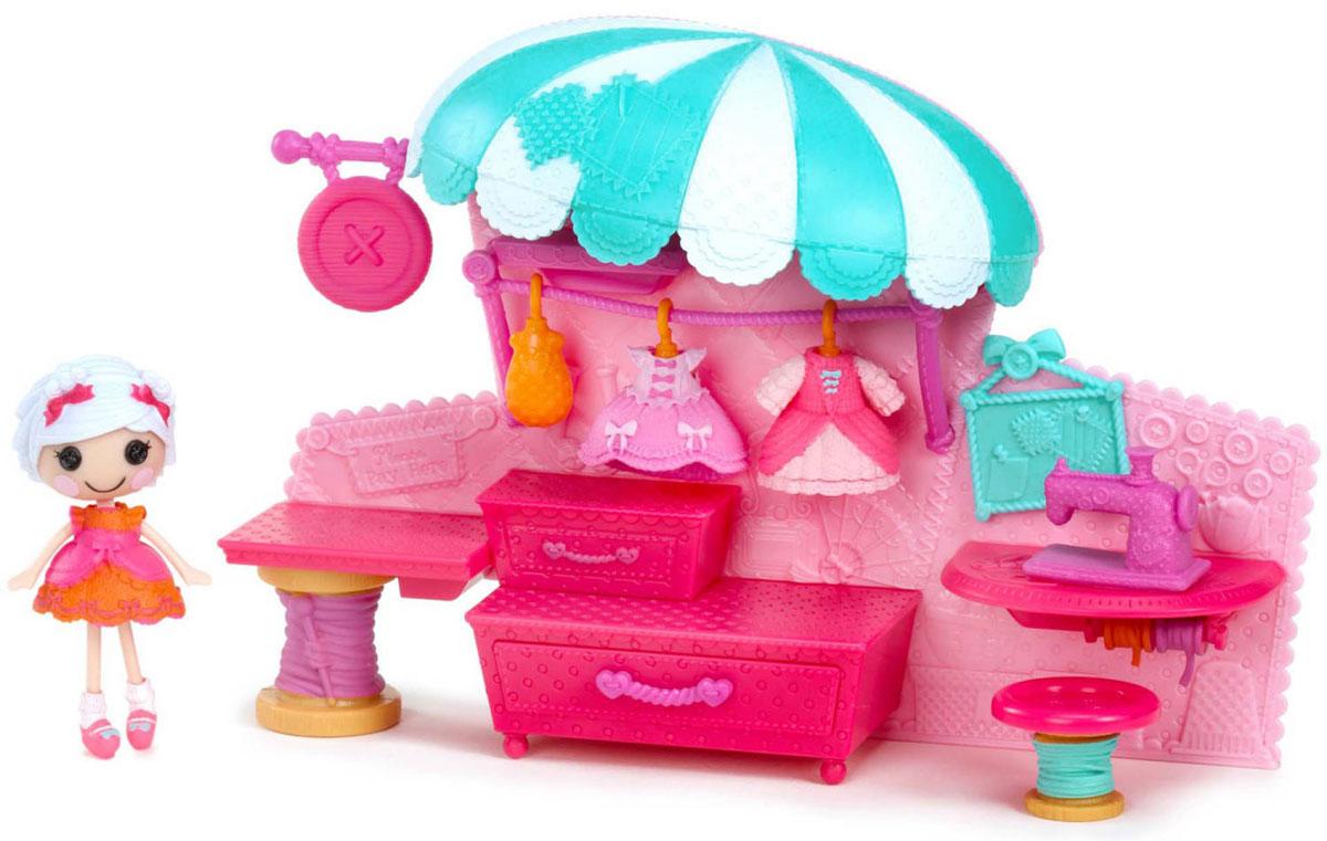 Lalaloopsy Игровой набор Бутик541387_ательеМаленькие Lalaloopsy Minis умеют веселиться, отдыхать и уютно обставить свои домики! Игровой набор Lalaloopsy Бутик приведет в восторг вашу малышку и подарит ей долгие часы увлекательной и веселой игры. Набор включает в себя куколку, съемный парик, 3 платья, обувь, швейную машинку, 3 катушки с нитками, стенд с выдвижными ящиками и навес. Голова, руки и ноги куколки подвижны. С таким набором маленькая непоседа проведет много увлекательных часов игры, попробовав себя в роли швеи-дизайнера.
