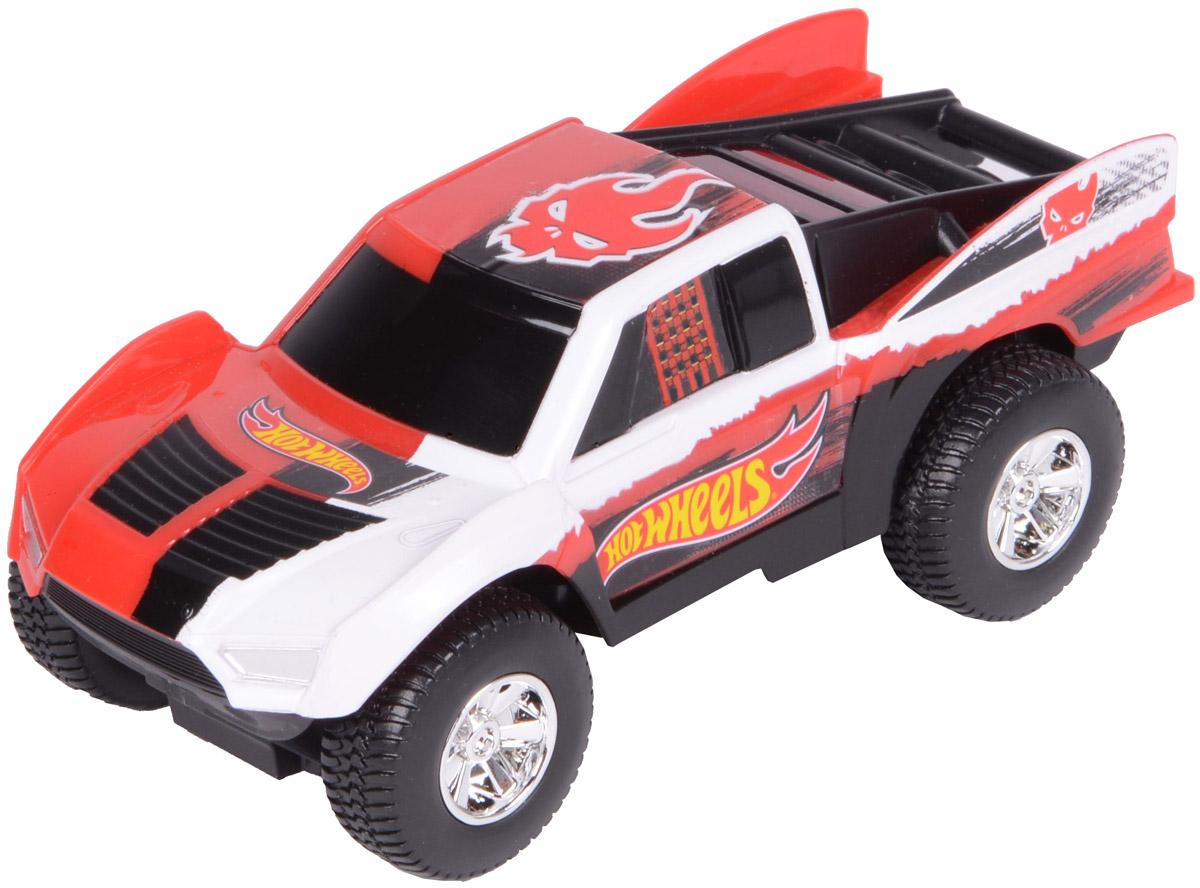 Hot Wheels Машинка инерционная Baja TruckHW90562Яркая и стильная гоночная машинка Hot Wheels Baja Truck - отличный вариант приятного подарка для мальчика. Freeway Flyer - это новая серия механических машинок Hot Wheels со световыми эффектами, работающими от батареек. Машинка оснащена инерционным механизмом. Корпус машинки Hot Wheels Baja Truck выполнен в яркой цветовой гамме и украшен стильными яркими принтами, диски колес - блестящие хромированные. Машинка изготовлена из пластика. Для того, чтобы запустить машинку в движение, необходимо потянуть ее назад и отпустить. В процессе движения срабатывает подсветка. Игрушка имеет как игровую, так и коллекционную ценность. Рекомендуется докупить 2 батарейки напряжением 1,5V типа LR44/AG13 (товар комплектуется демонстрационными).