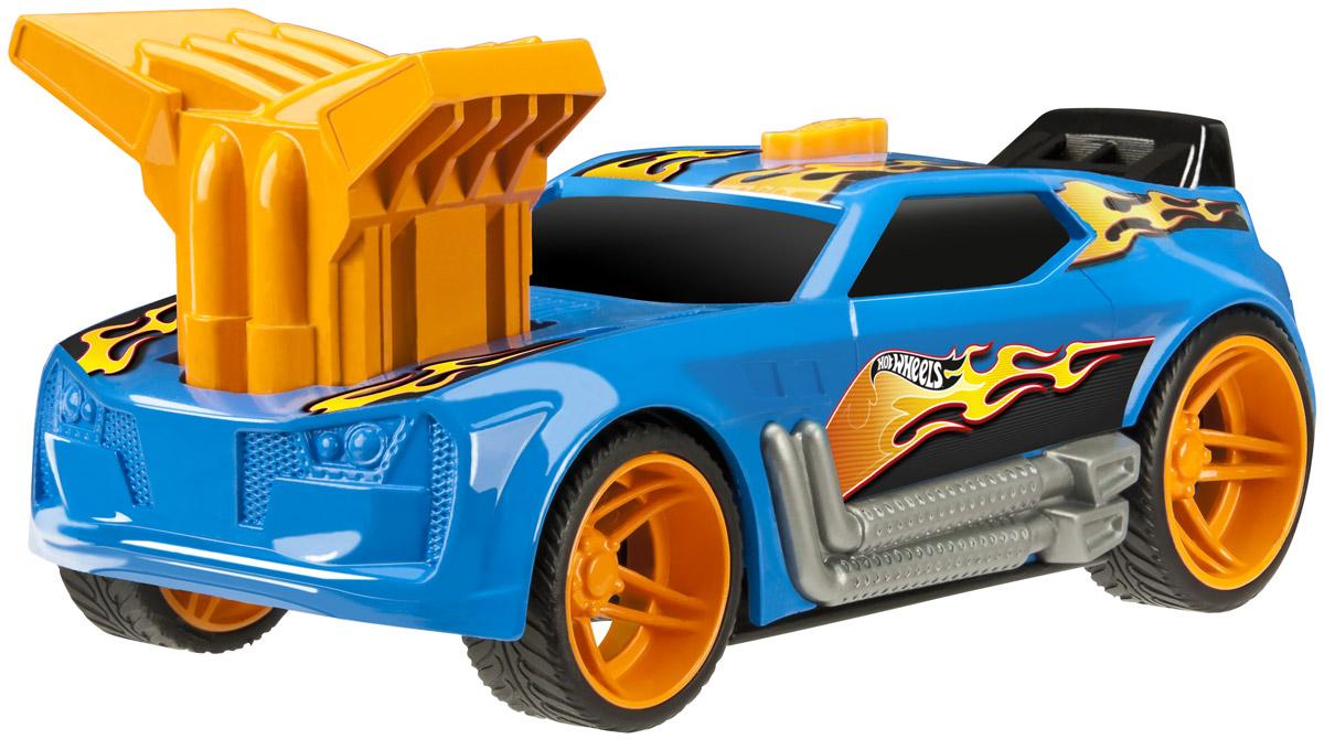 Hot Wheels Машинка Turbo Rush TwinductionHW91611Гоночная машинка Hot Wheels Turbo Rush. Twinduction - отличный подарок для мальчика к любому празднику! Машинка с агрессивным дизайном выглядит очень ярко и оригинально: синий кузов декорирован языками пламени, что очень гармонично сочетается с ярко-оранжевыми дисками колес. Массивный турбонаддув, расположенный на капоте машины, также выглядит очень эффектно. Для того чтобы запустить машинку в движение, необходимо нажать на выступающий двигатель до упора, затем на кнопку, расположенную на крыше автомобиля. Машинка выполнена из высококачественных ударопрочных материалов, такая игрушка станет надежной и долговечной.