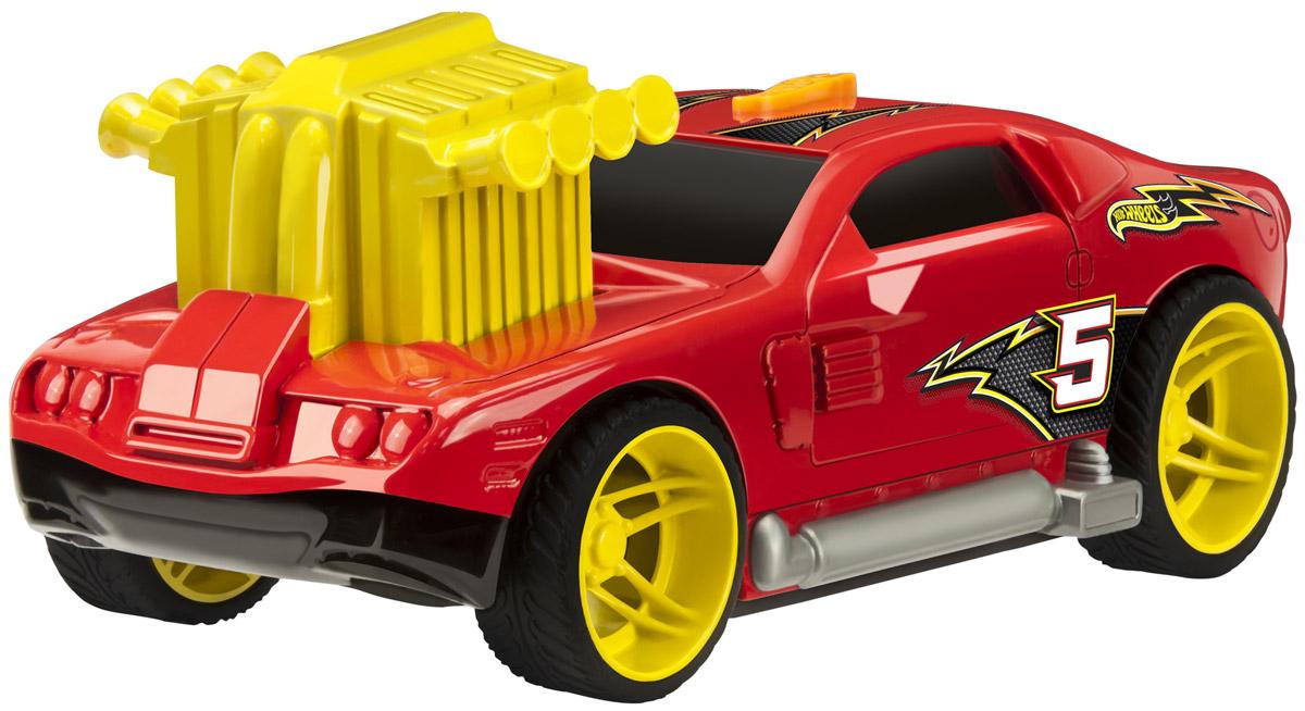 Hot Wheels Машинка Turbo Rush HollowbackHW91612Машинка Hot Wheels Turbo Rush. Hollowback - отличный подарок для мальчика к любому празднику! Машинка с агрессивным дизайном выглядит очень ярко и оригинально: красный кузов декорирован наклейками в виде молнии, что очень гармонично сочетается с ярко-желтыми дисками колес. Массивный турбонаддув, расположенный на капоте машины, также выглядит очень эффектно. Для того чтобы запустить машинку в движение, необходимо нажать на выступающий двигатель до упора, затем на кнопку, расположенную на крыше автомобиля. Машинка выполнена из высококачественных ударопрочных материалов, такая игрушка станет надежной и долговечной.