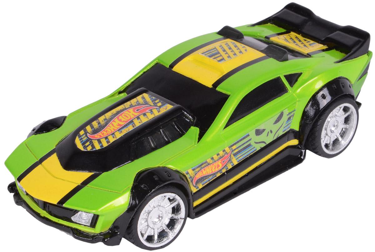 Hot Wheels Машинка инерционная Drift RodHW90563Яркая и стильная гоночная машинка Hot Wheels Drift Rod - отличный вариант приятного подарка для мальчика. Freeway Flyer - это новая серия механических машинок Hot Wheels со световыми эффектами, работающими от батареек. Машинка оснащена инерционным механизмом. Корпус машинки Hot Wheels Drift Rod выполнен в зелено- желтой цветовой гамме и украшен стильными яркими принтами, диски колес - блестящие хромированные, заднюю часть машины украшает небольшой черный спойлер. Машинка изготовлена из пластика. Для того чтобы запустить машинку в движение, необходимо потянуть ее назад и отпустить. В процессе движения срабатывает подсветка. Игрушка имеет как игровую, так и коллекционную ценность. Рекомендуется докупить 2 батарейки напряжением 1,5V типа LR44/AG13 (товар комплектуется демонстрационными).