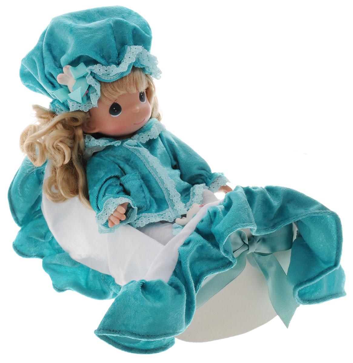 Precious Moments Кукла Рок-бай младенцев девочка3515Коллекция кукол Precious Moments насчитывает на сегодняшний день более 600 видов. Куклы изготавливаются из качественного, безопасного материала и имеют пять базовых точек артикуляции. Каждый год в коллекцию добавляются все новые и новые модели. Каждая кукла имеет свой неповторимый образ и характер. Она может быть подарком на память о каком-либо событии в жизни. Куклы выполнены с любовью и нежностью, которую дарит нам известная волшебница - создатель кукол Линда Рик! Кукла Рок-бай младенцев с длинными светлыми волосами одета в белые штанишки и бирюзовую кофту. На голове у куклы - бирюзовая шапочка. У девочки милое личико с большими темно-зелеными глазами. Вся одежда у куклы съемная. Также к кукле прилагаются кроватка и покрывало. Кукла научит ребенка взаимодействовать с окружающими, а также поспособствует развитию воображения, логики и тактильного восприятия. Кукла станет отличным подарком для девочки, а также ценным экспонатом любой коллекции кукол.
