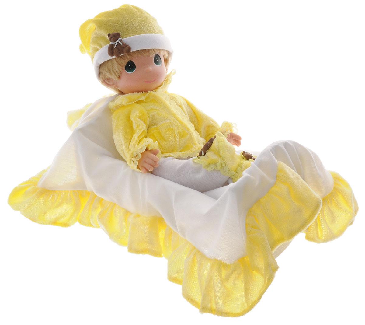 Precious Moments Кукла Рок-бай младенцев мальчик3516Коллекция кукол Precious Moments насчитывает на сегодняшний день более 600 видов. Куклы изготавливаются из качественного и безопасного материала. Каждый год в коллекцию добавляются все новые и новые модели. Каждая кукла имеет свой неповторимый образ и характер. Она может быть подарком на память о каком-либо событии в жизни. Куклы выполнены с любовью и нежностью, которую дарит нам известная волшебница - создатель кукол Линда Рик! Кукла Рок-бай младенцев одета в желто-белый костюмчик, дополненный декоративными элементами в виде мишек. На голове - колпак. У мальчика светлые волосы и большие зеленые глаза. В наборе также имеется кроватка и покрывало для куклы. Кукла научит ребенка взаимодействовать с окружающими, а также поспособствует развитию воображения, логики и тактильного восприятия. Кукла станет отличным подарком для девочки, а также ценным экспонатом любой коллекции кукол.