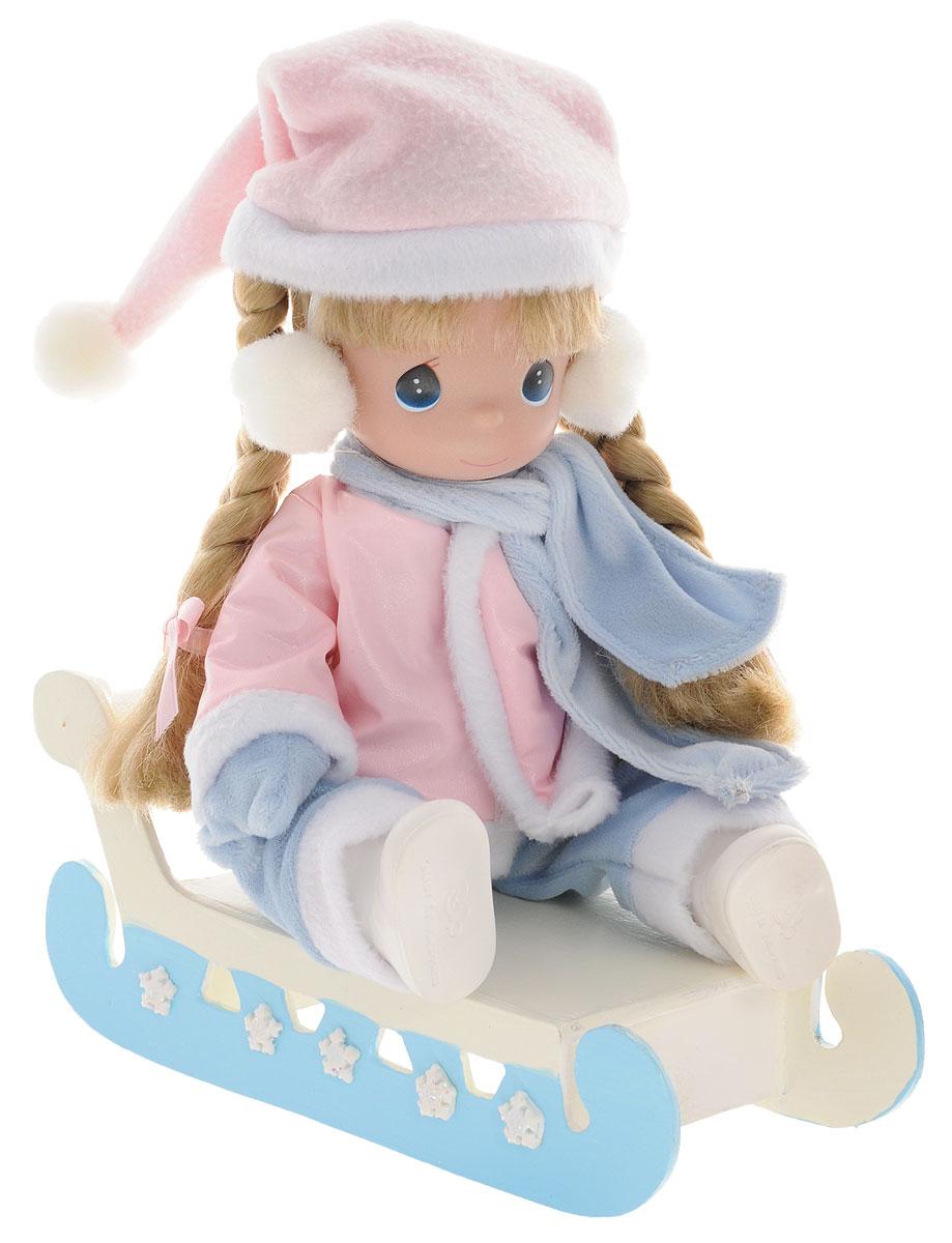 Precious Moments Кукла на санках3425Коллекция кукол Precious Moments насчитывает на сегодняшний день более 600 видов. Куклы изготавливаются из качественного и безопасного материала. Каждый год в коллекцию добавляются все новые и новые модели. Каждая кукла имеет свой неповторимый образ и характер. Она может быть подарком на память о каком-либо событии в жизни. Куклы выполнены с любовью и нежностью, которую дарит нам известная волшебница - создатель кукол Линда Рик! Кукла одета в теплый розово-голубой костюмчик с шарфиком, варежки, на ногах - белые сапожки, а на голове - колпак. У девочки светлые волосы, заплетенные в две косички и большие синие глаза. В наборе также имеются санки. Кукла научит ребенка взаимодействовать с окружающими, а также поспособствует развитию воображения, логики и тактильного восприятия. Кукла станет отличным подарком для девочки, а также ценным экспонатом любой коллекции кукол.