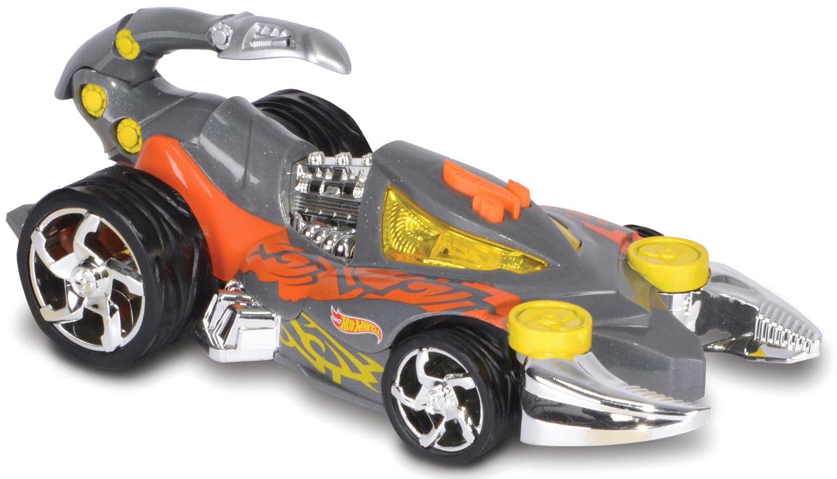 Hot Wheels Машинка ScorpedoHW90513Машинка Hot Wheels Scorpedo - желанный подарок для каждого мальчишки. Этот автомобиль выполнен в ярком дизайне, сочетающем серый, оранжевый и желтый цвета, дополненном блестящими металлическими деталями. Украшением этой модели является подвижный хвост скорпиона, установленный в задней части машины. Машинка является электромеханической - работает от батареек, запускается в движение при помощи кнопки, находящейся в верхней части автомобиля. Игрушка оснащена звуковыми и световыми эффектами, во время движения двигается хвост. Рекомендуется докупить 3 батарейки напряжением 1,5V типа ААА/LR03 (товар комплектуется демонстрационными).